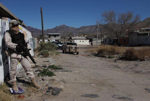 """MEXICO-US-FRONTERAMiembros de la patrulla fronteriza mexicana guardan la frontera entre México y Estados Unidos en Ciudad Juárez, México, el 25 de enero de 2017. El Presidente de los Estados Unidos Donald Trump dará un primer paso hacia el cumplimiento de su promesa de """"construir un muro"""" El miércoles, mientras desarrolla una serie de decretos relacionados con la inmigración.HERIKA MARTINEZ / AFP"""