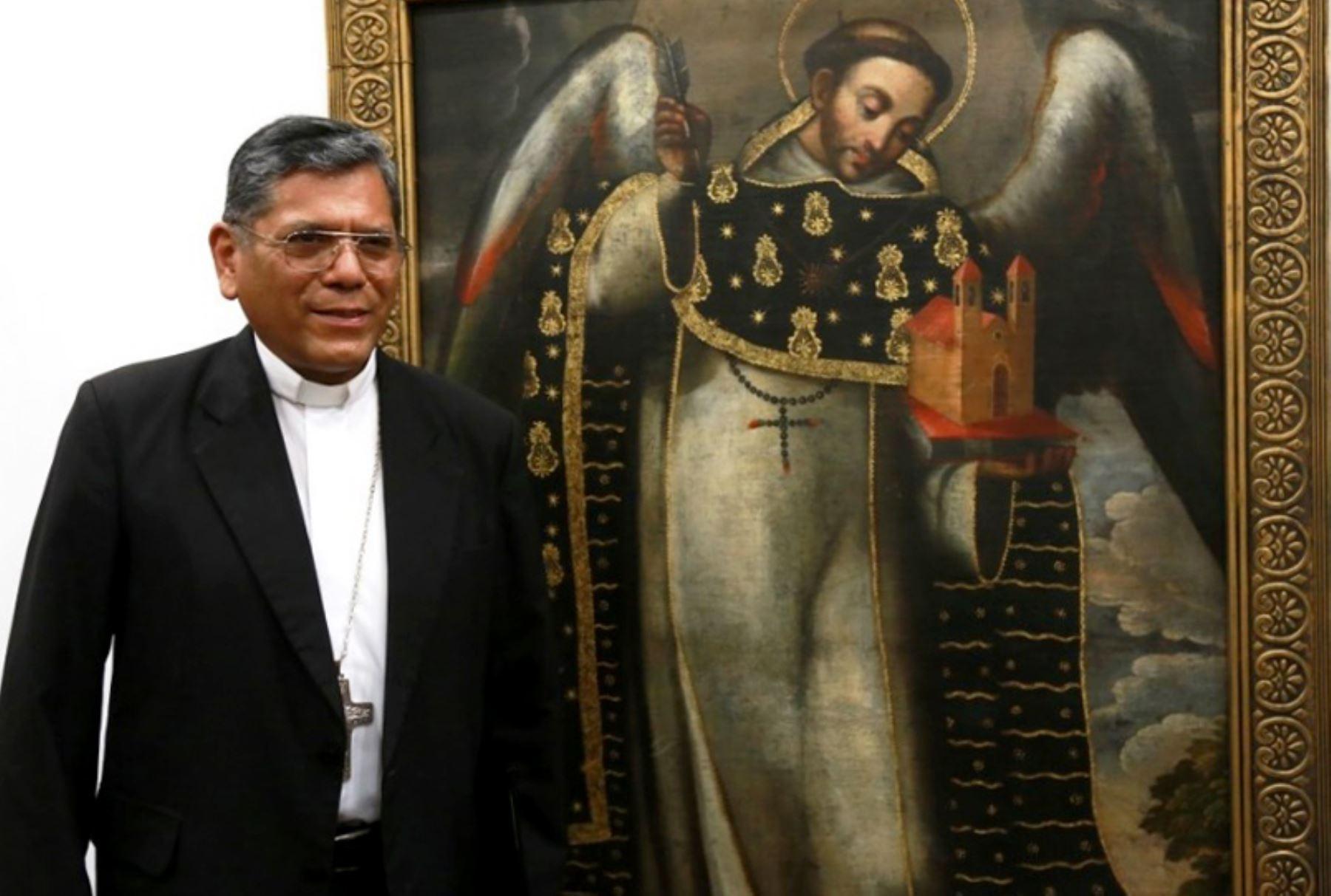 Arzobispo de Cusco Richard Alarcón junto a lienzo de Santo Tomás de Aquino