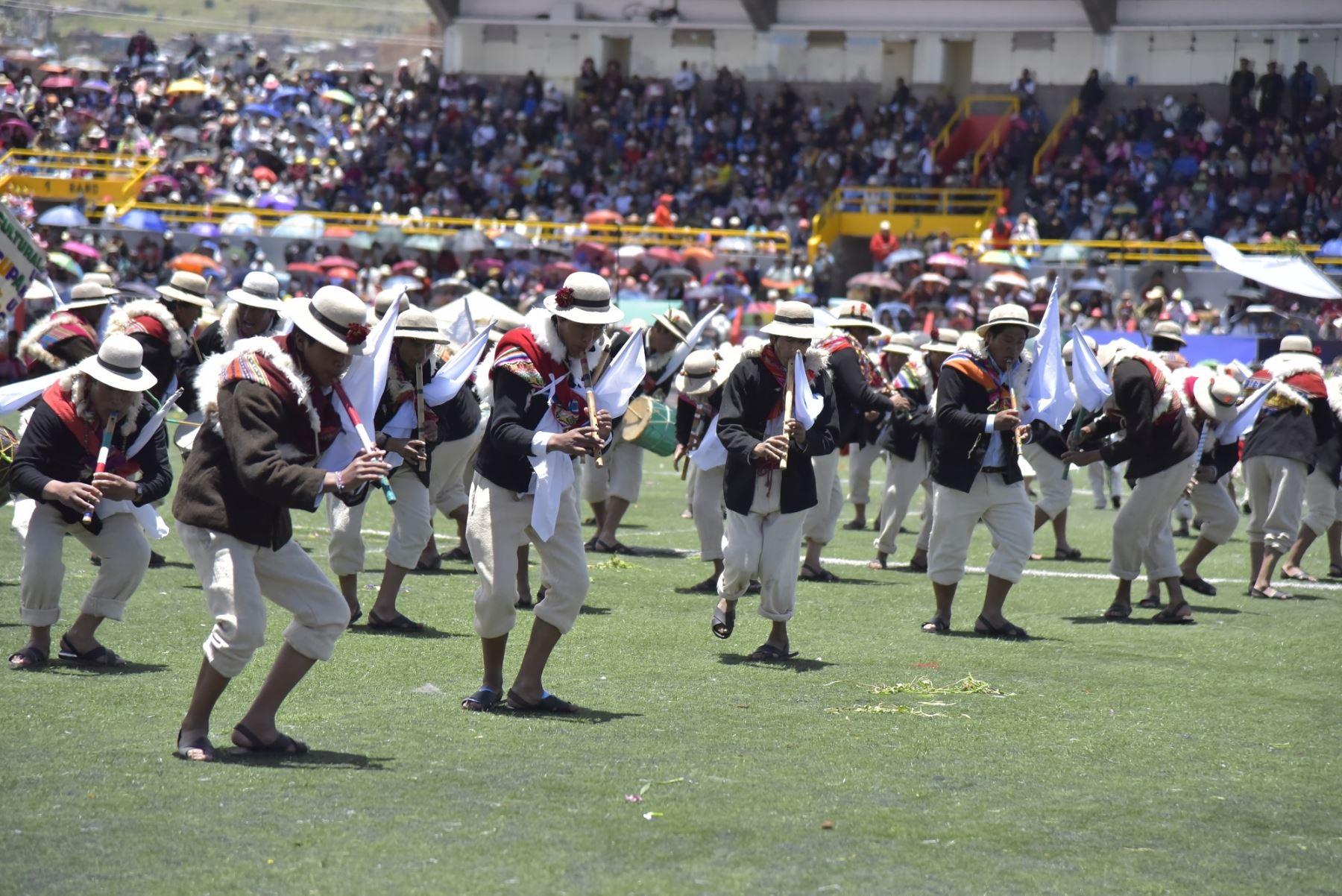 Concurso regional de danzas con trajes autóctonos se realizó en el Estadio Enrique Torres Belón.