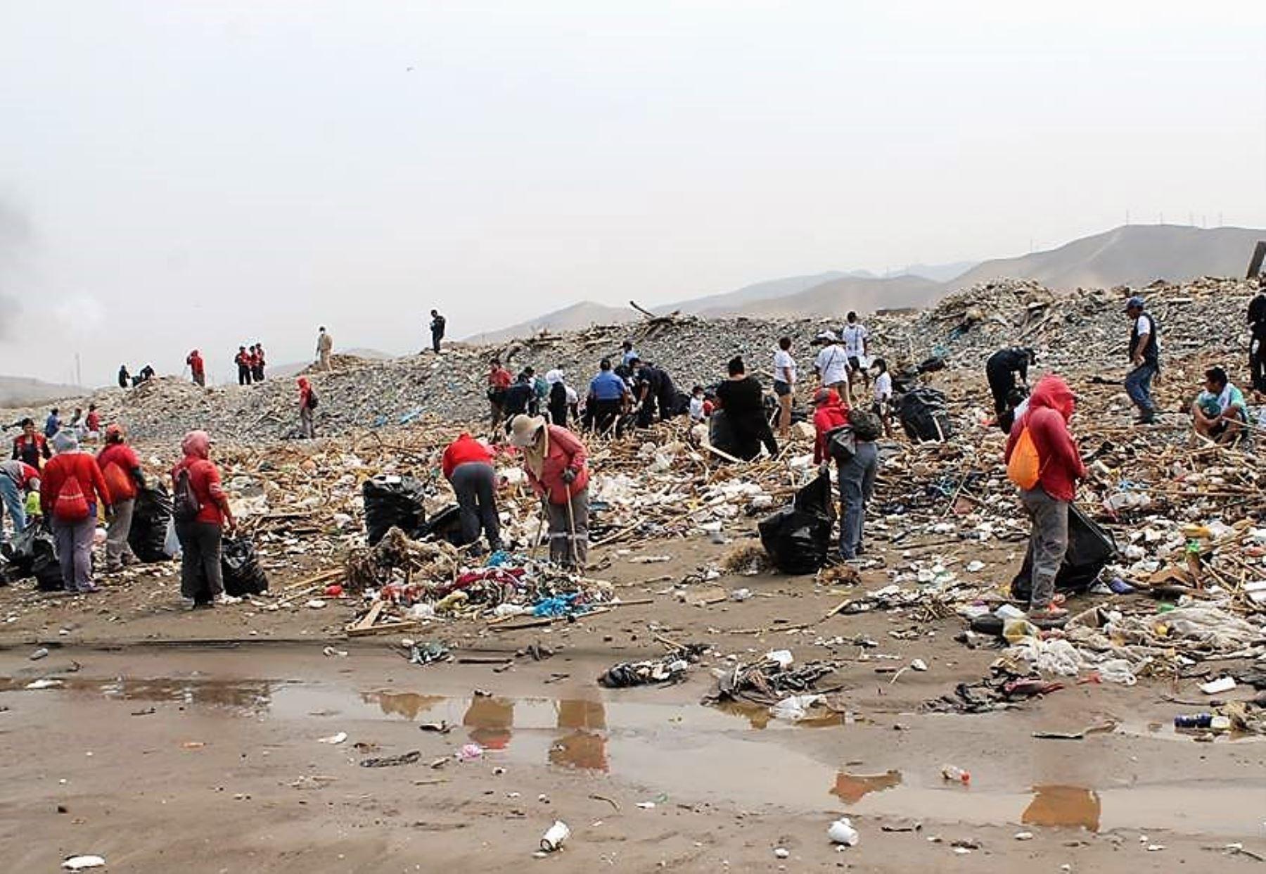 Voluntarios recogieron más de 4 toneladas de basura de playa Márquez en Callao. Foto: ANDINA/Difusión.