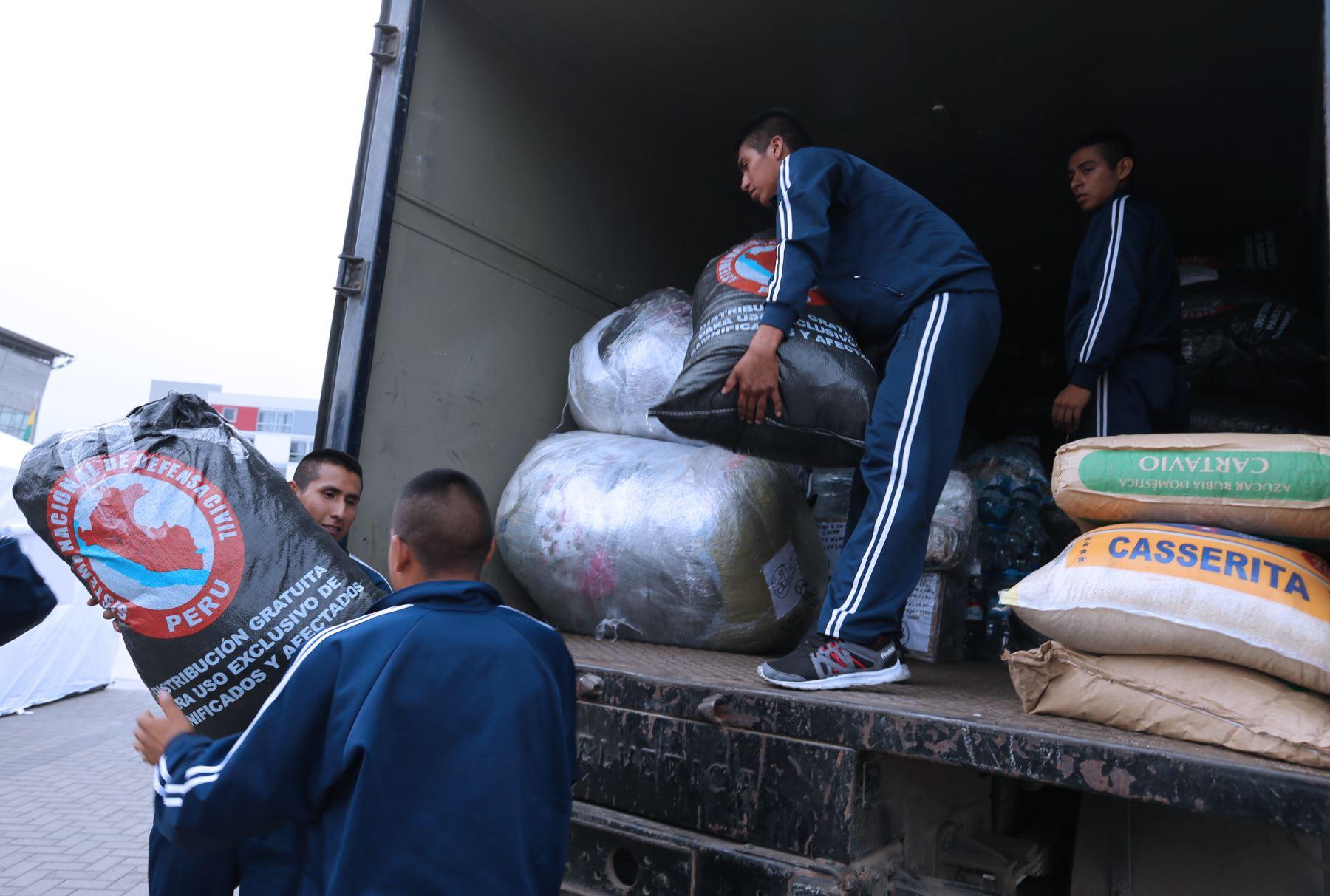 """LIMA PERÚ ENERO 30.Instituto Nacional de Defensa Civil (Indeci) y el Instituto Peruano del Deporte (IPD) continúan hoy con la campaña de recepción de donaciones denominada """"Perú Unido"""".  Foto: ANDINA/Norman Córdova"""