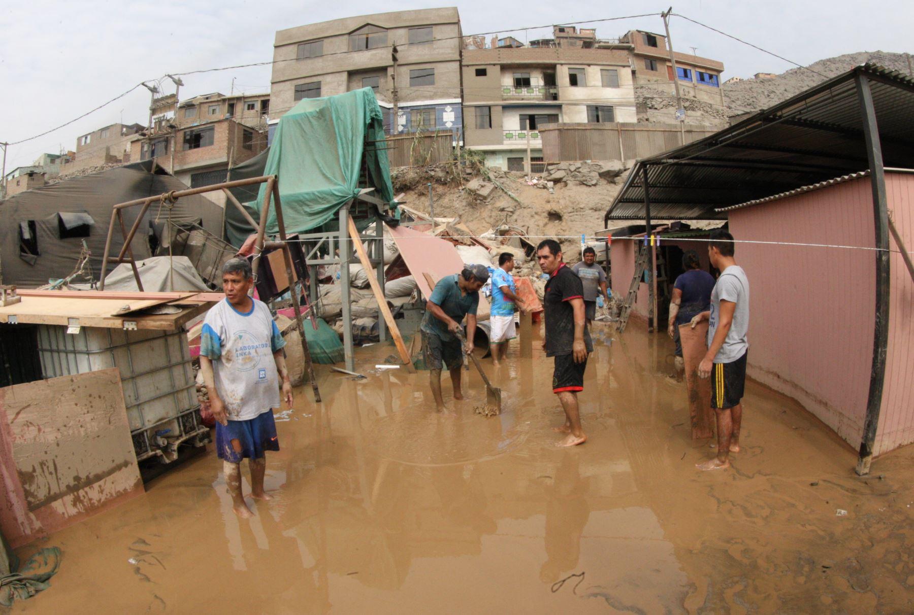 Damnificados por el desborde del río Huaycoloro. Foto: ANDINA/Jhony Laurente