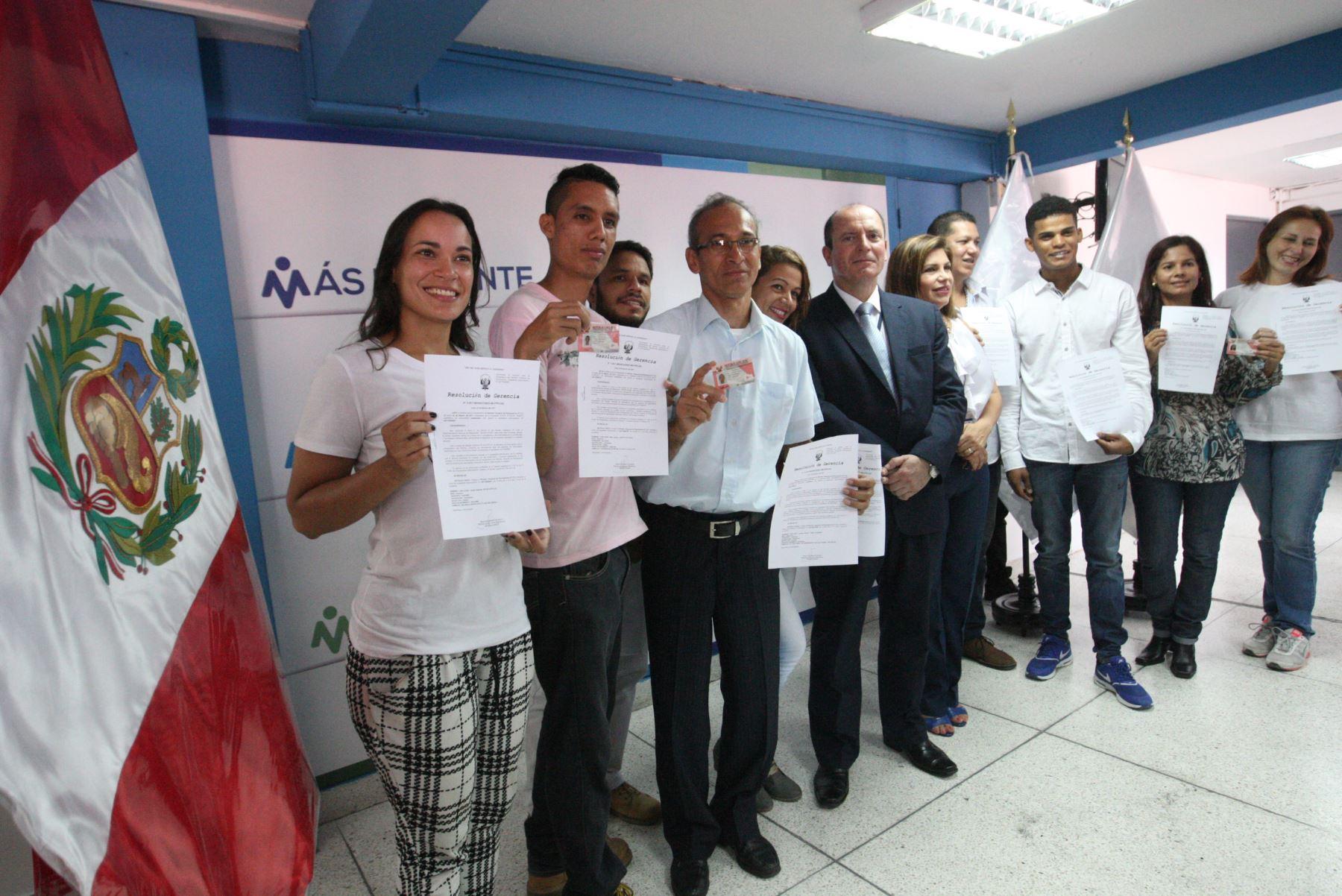 LIMA PERÚ, FEBRERO 02.Ministro  Carlos Basombrío , entregó los primeros 20 permisos temporales de permanencia (PTP) a un grupo de ciudadanos venezolanos. Foto: ANDINA/Jhony Laurente