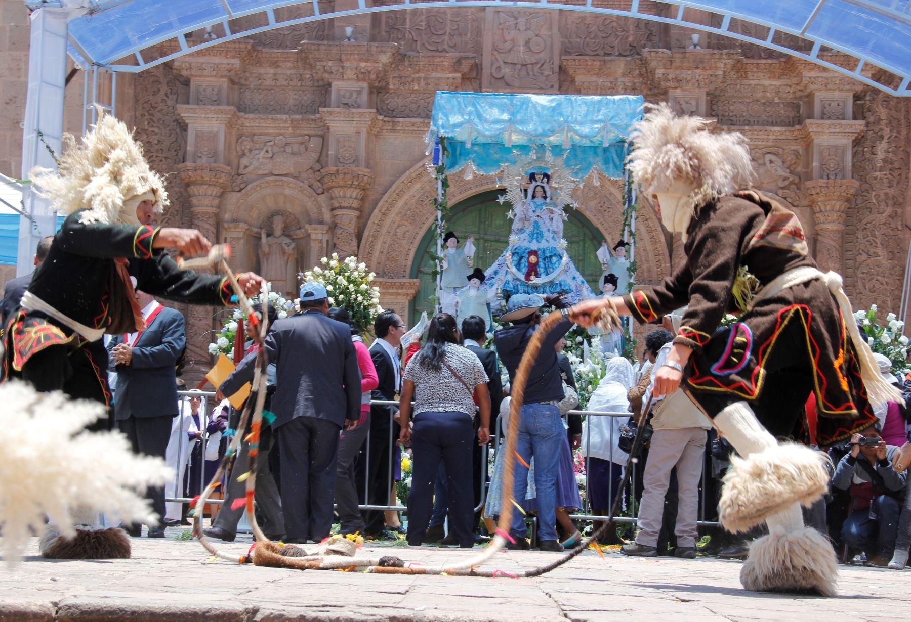 Devotos participan en homenaje a la Virgen de la Candelaria de Puno. ANDINA