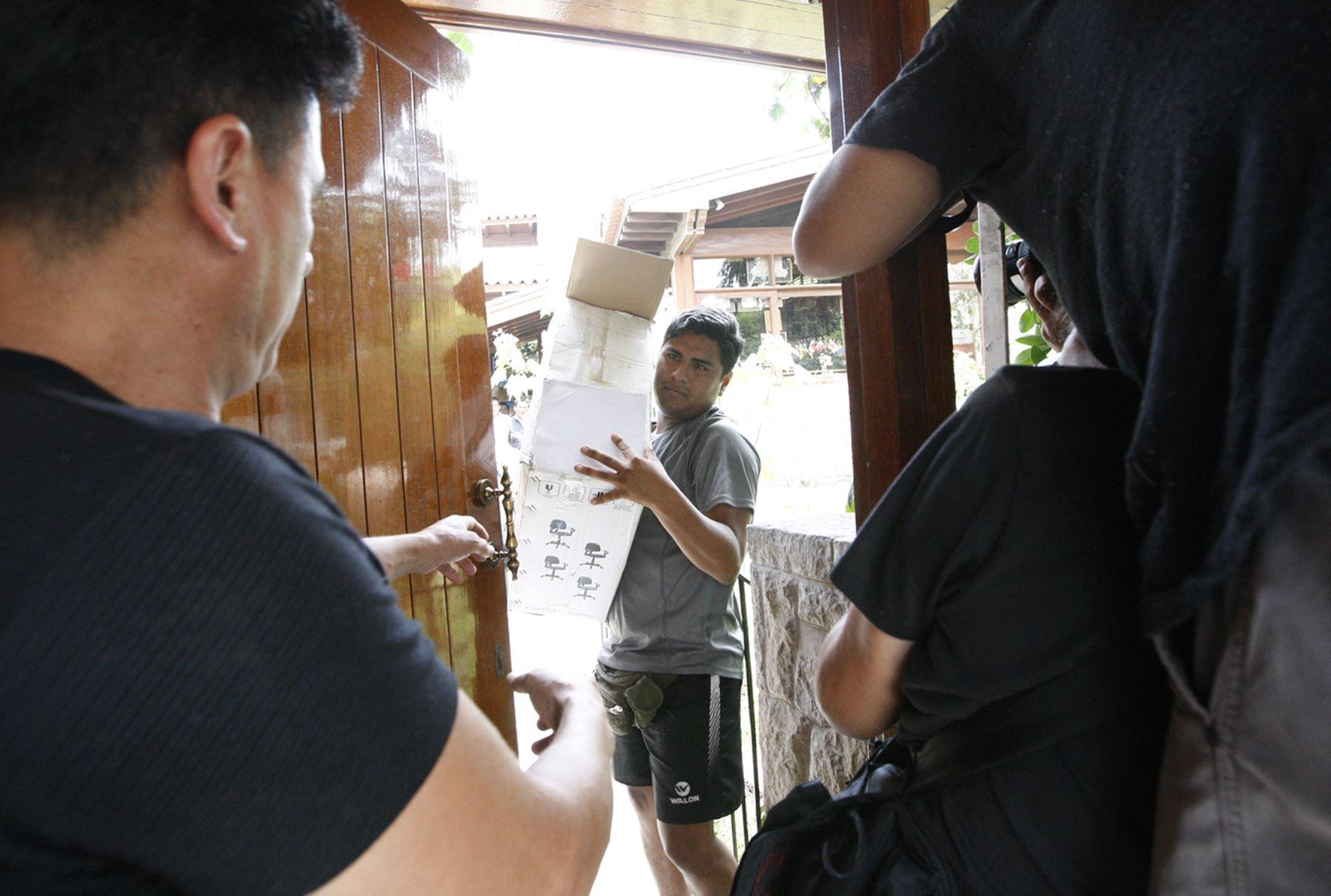 Fiscal Hamilton Castro participa en allanamiento en casa del ex presidente Alejandro Toledo.Foto Andina/Eddy Ramos.