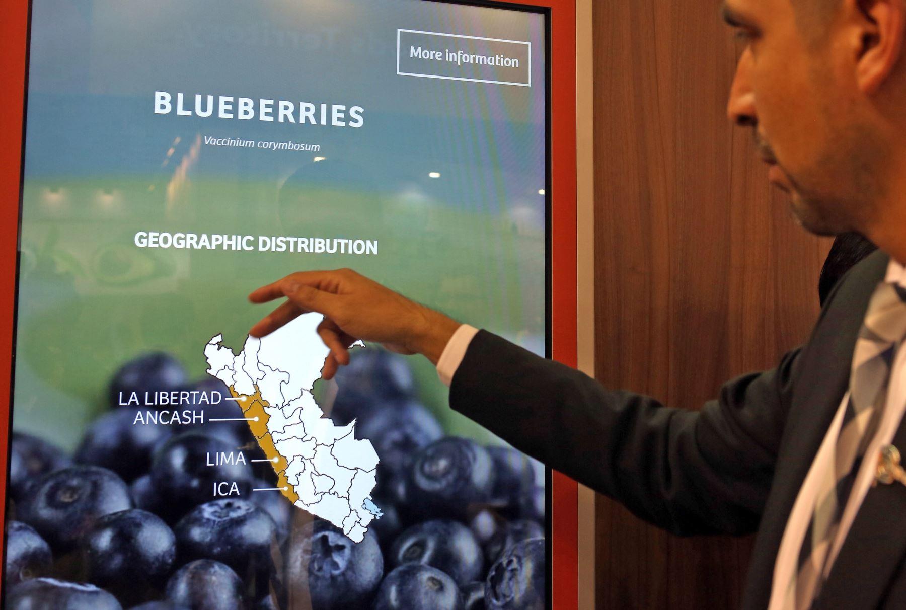 """El ministro de Comercio Exterior y Turismo, Eduardo Ferreyros, presentó hoy a nivel internacional la nueva marca """"Superfoods Peru"""",en feria Fruit Logistica de Alemania. Foto: AFP"""