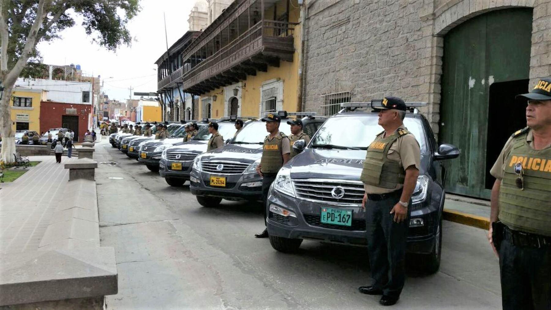 Ministro del Interior, Carlos Basombrío, hoy durante la entrega de artilleros en Moquegua.