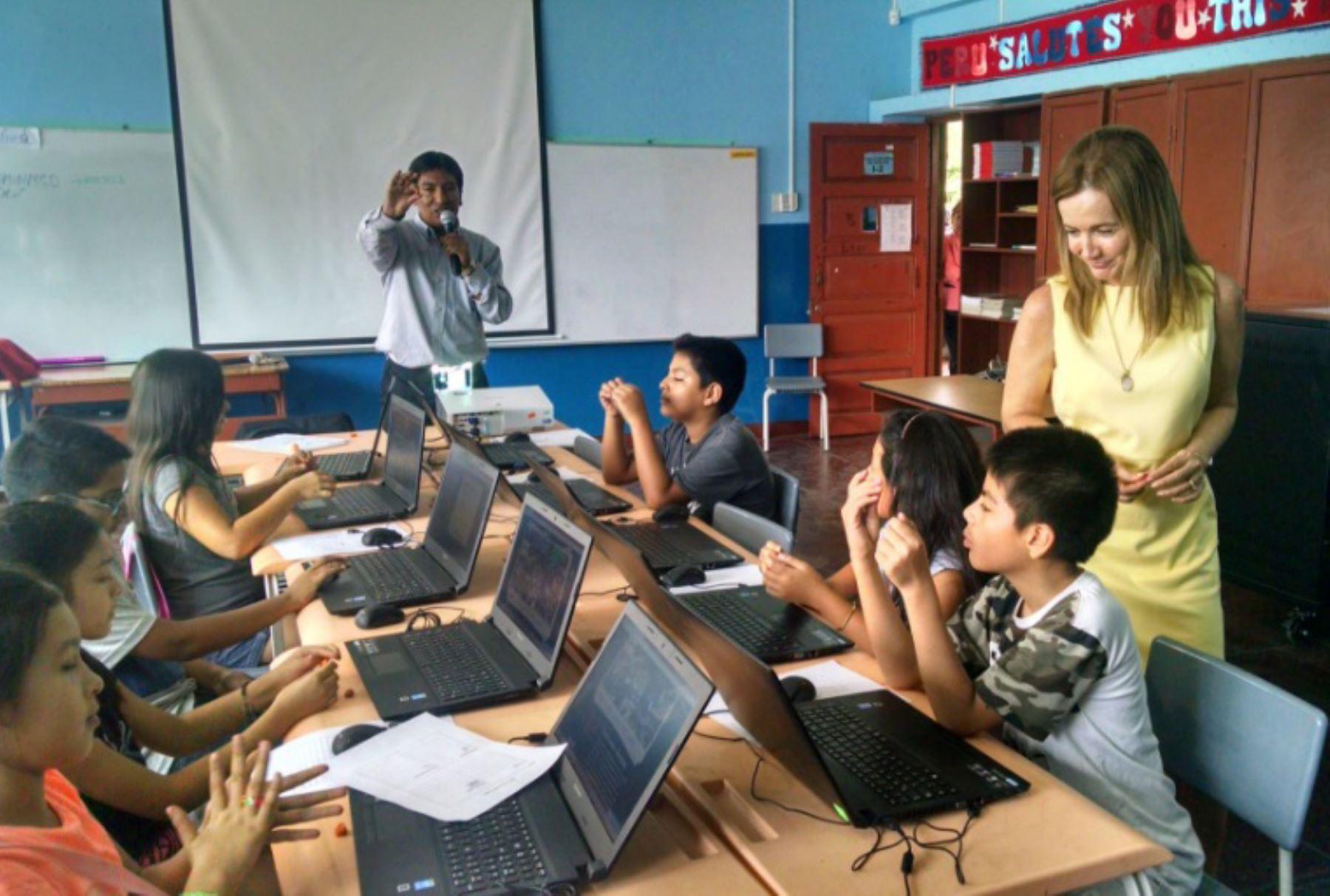 Ministra presenció clase maestra de docente Raúl Cadillo, considerado entre los mejores del mundo en concurso The Global Teacher Prize. Foto: Minedu
