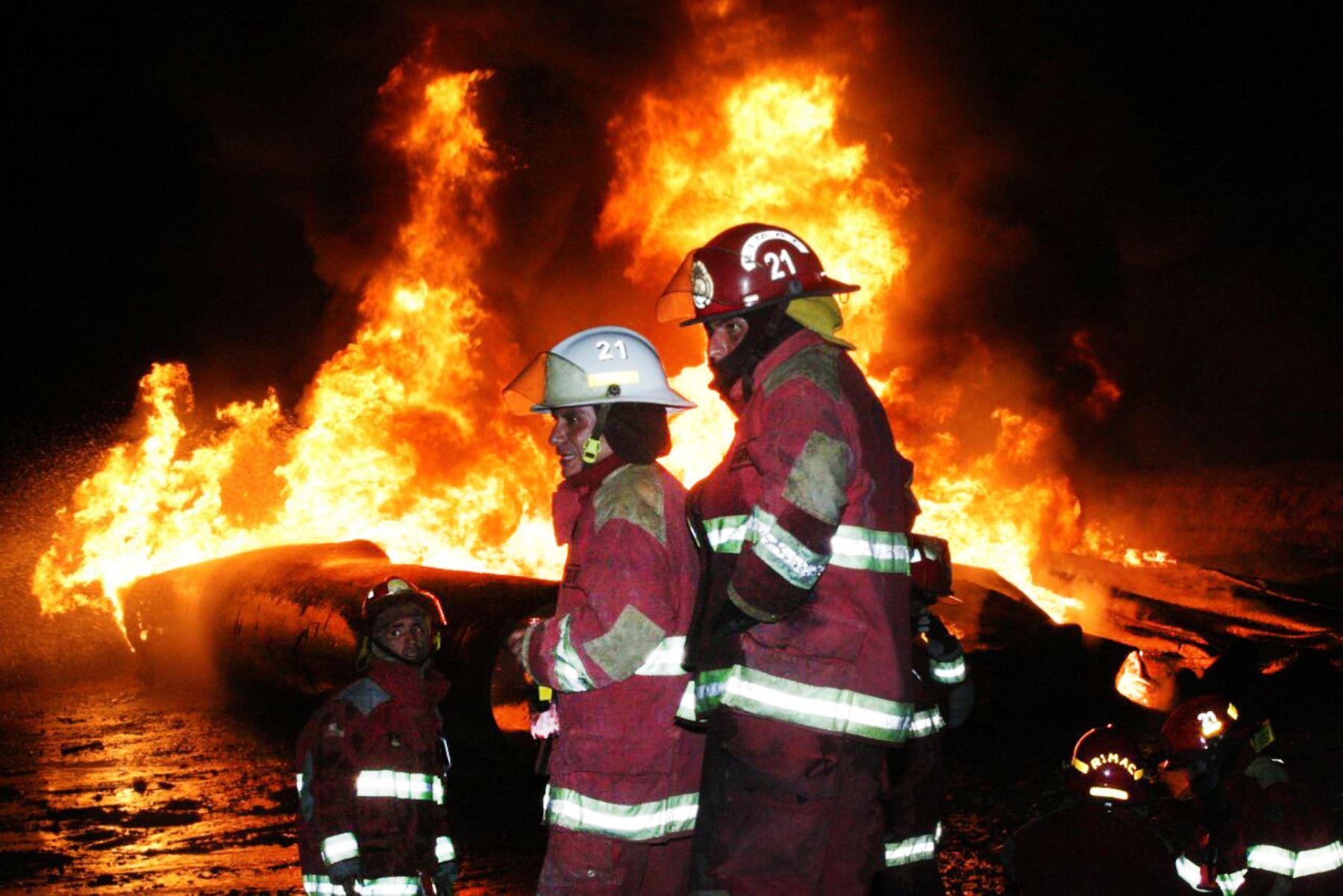 LIMA PERÚ, FEBRERO 15. Incendio en almacen del Rimac esta siendo controlado por los bomberos. Foto: ANDINA/Jhony Laurente