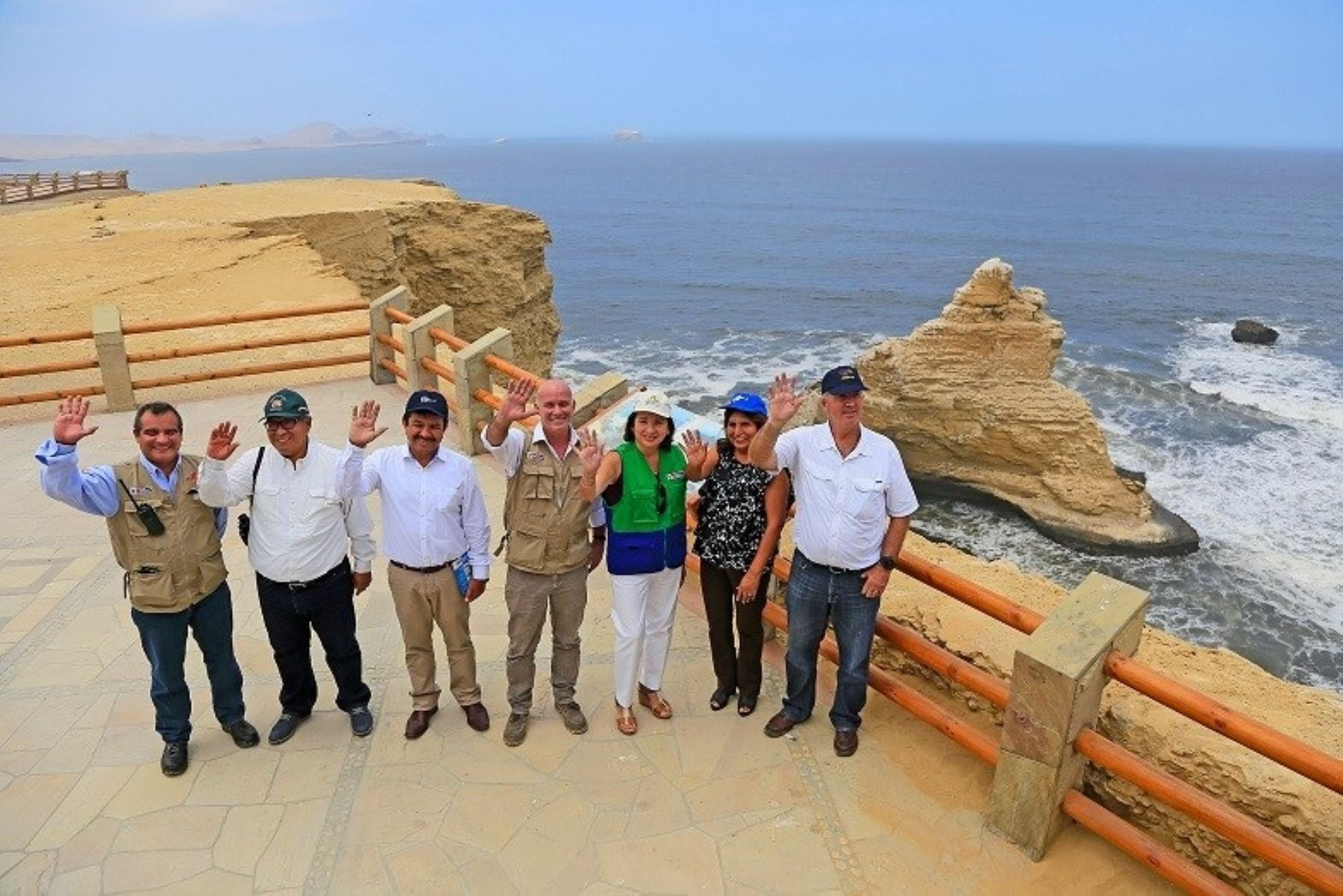 Ministros de Comercio Exterior y Turismo, Eduardo Ferreyros; y del Ambiente, Elsa Galarza; así como autoridades regionales y locales de Ica participan en la inauguración del nuevo circuito norte de la Reserva Nacional de Paracas.