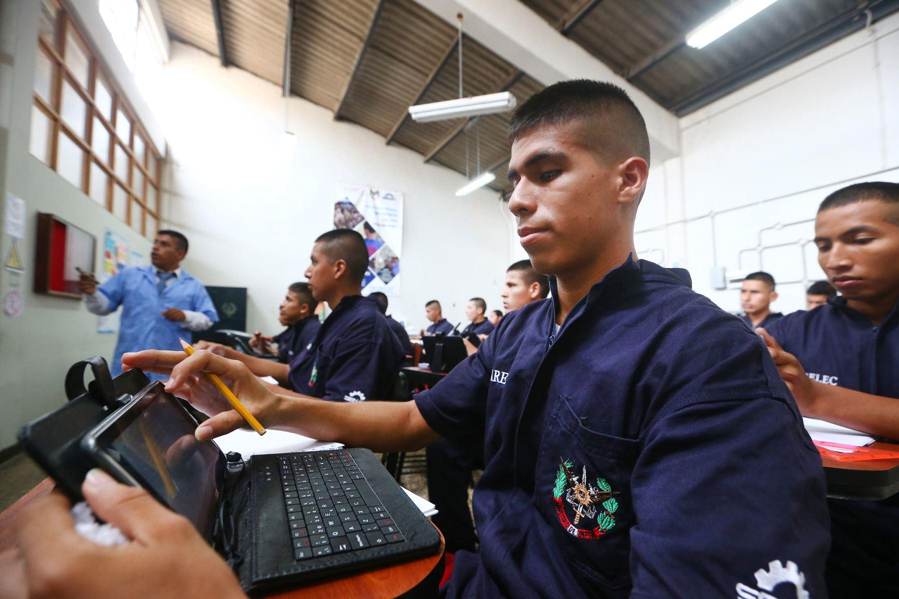 Jóvenes recibieron tablets para utilizarlas durante el tiempo de estudios. Foto: Difusión