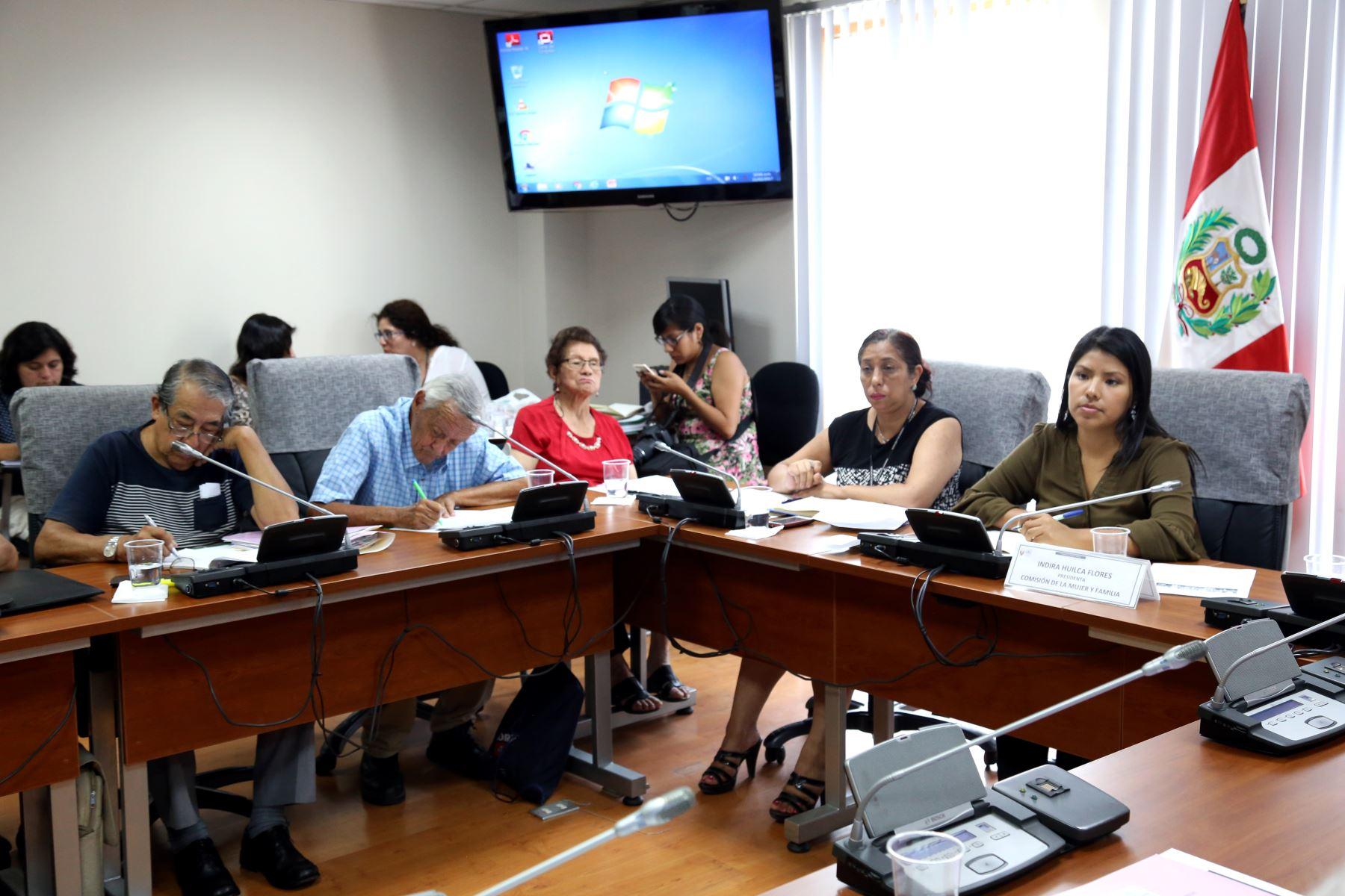 Comisión de la Mujer, presidio por la congresista Indira Huilca.