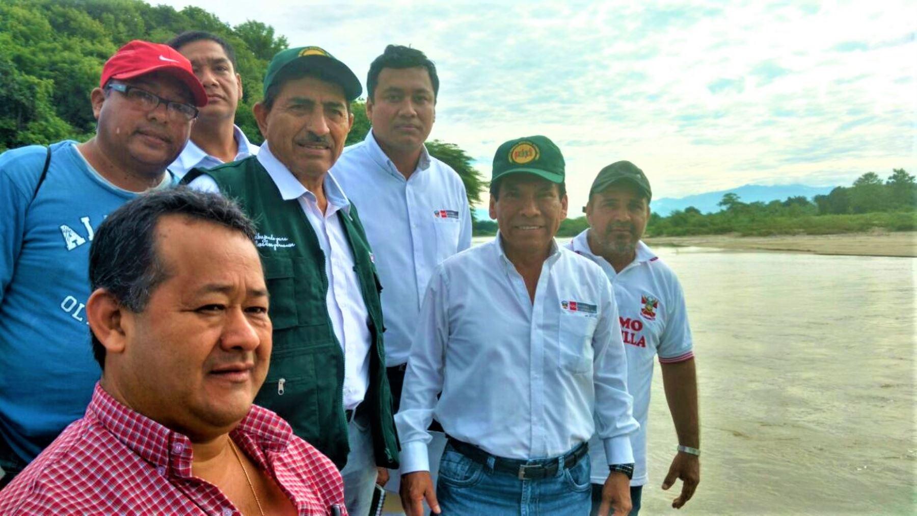 Las autoridades se desplazaron hasta el sector Santa María en el distrito de Pampas de Hospital para observar la crecida de los ríos.