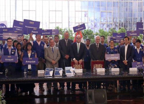 Jefe del Gabinete Ministerial, Fernando Zavala, recibió firmas de apoyo a la reforma institucional.
