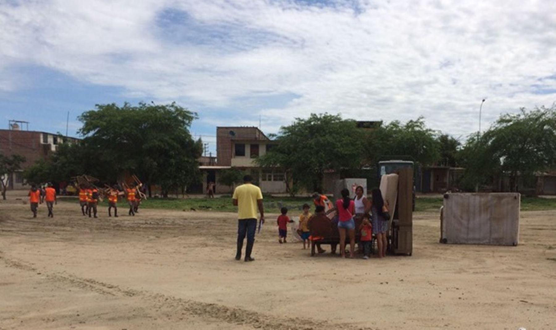 Soldados del Agrupamiento de Artillería Inclán, del Ejército peruano, participaron en la evacuación de decenas de damnificados de zonas afectadas por las inundaciones provocadas por las persistentes lluvias.