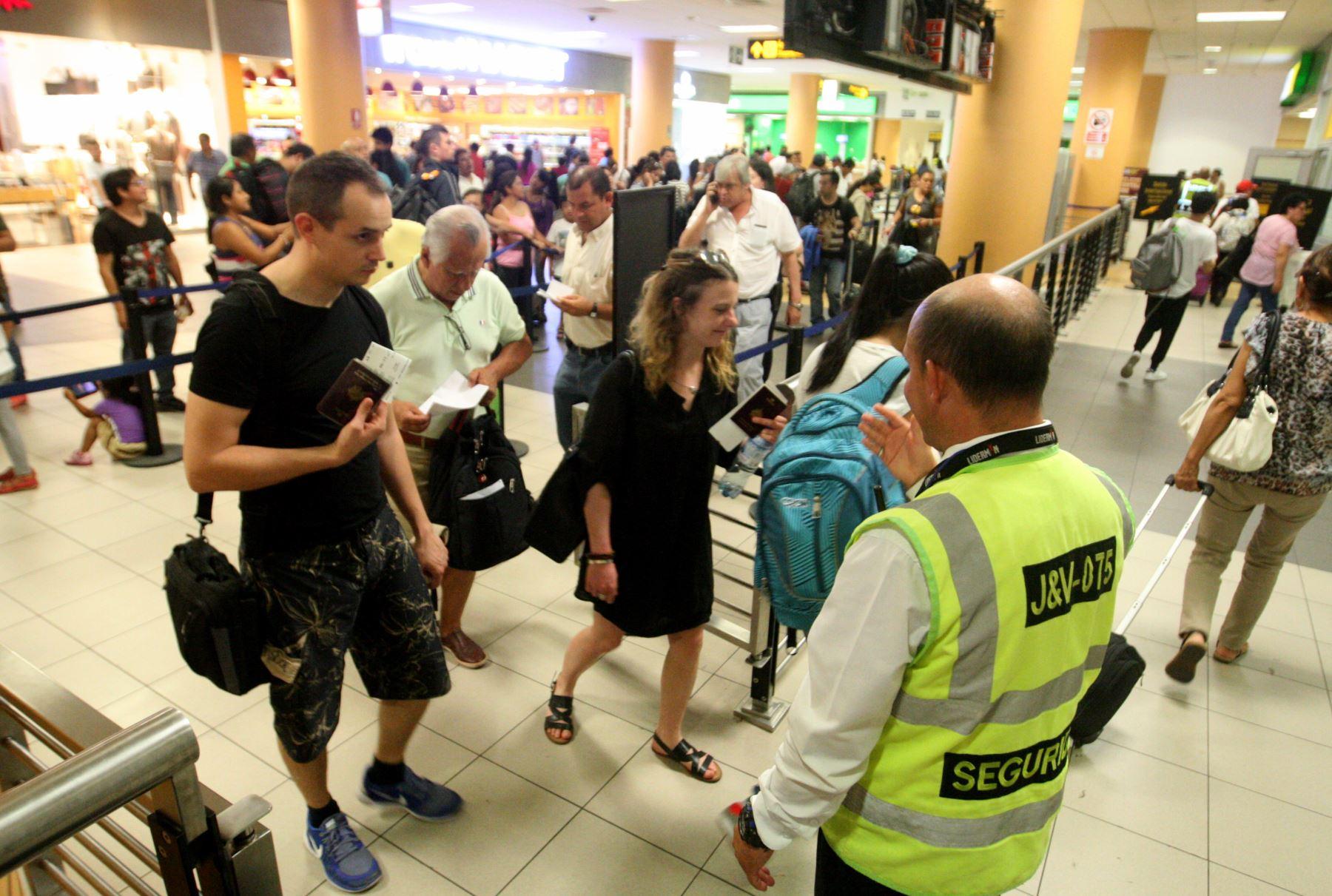 Llegada de turistas extranjeros en aeropuerto internacional Jorge Chávez (Aijch). Foto: ANDINA/Jhony Laurente