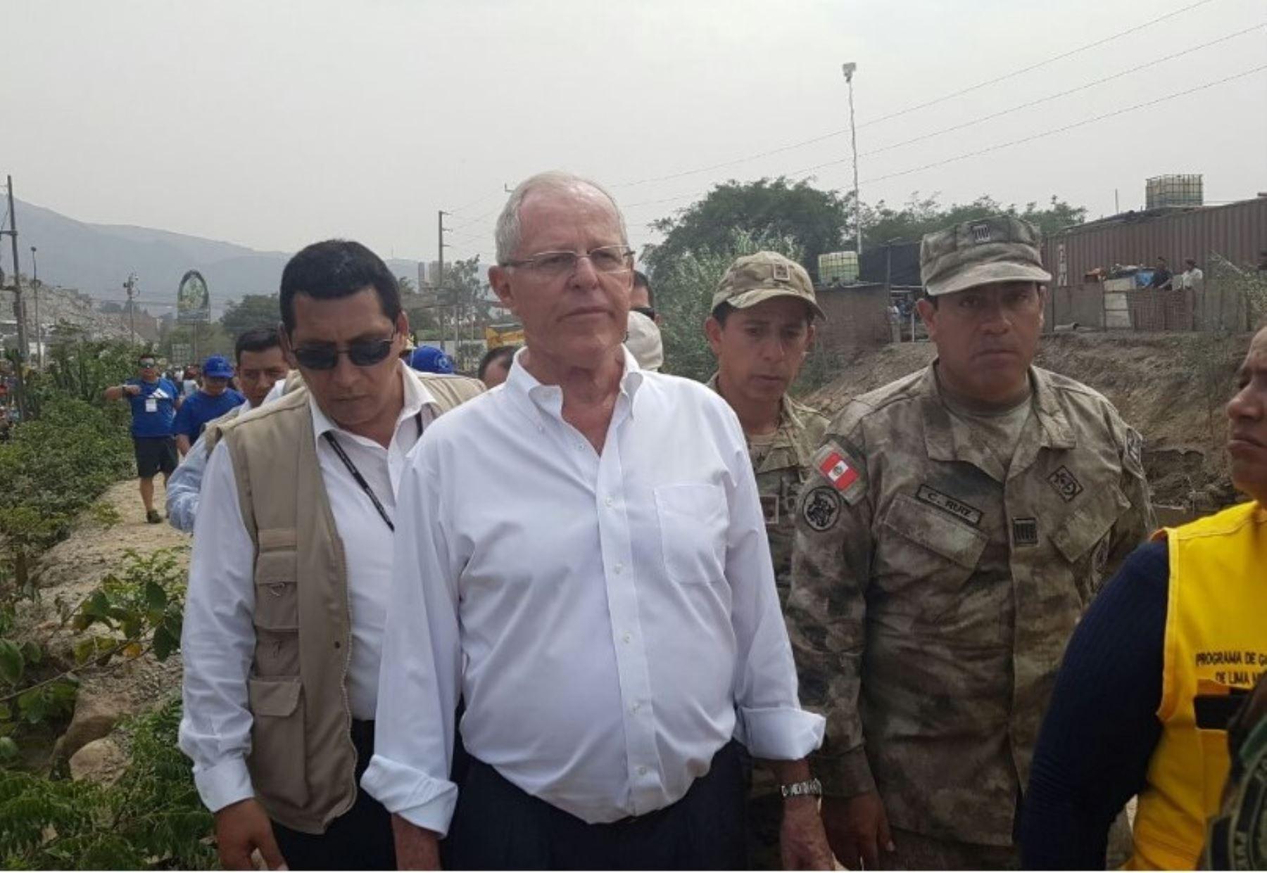 Presidente Pedro Pablo Kuczynski inspecciona labores de limpieza en río Huaycoloro.