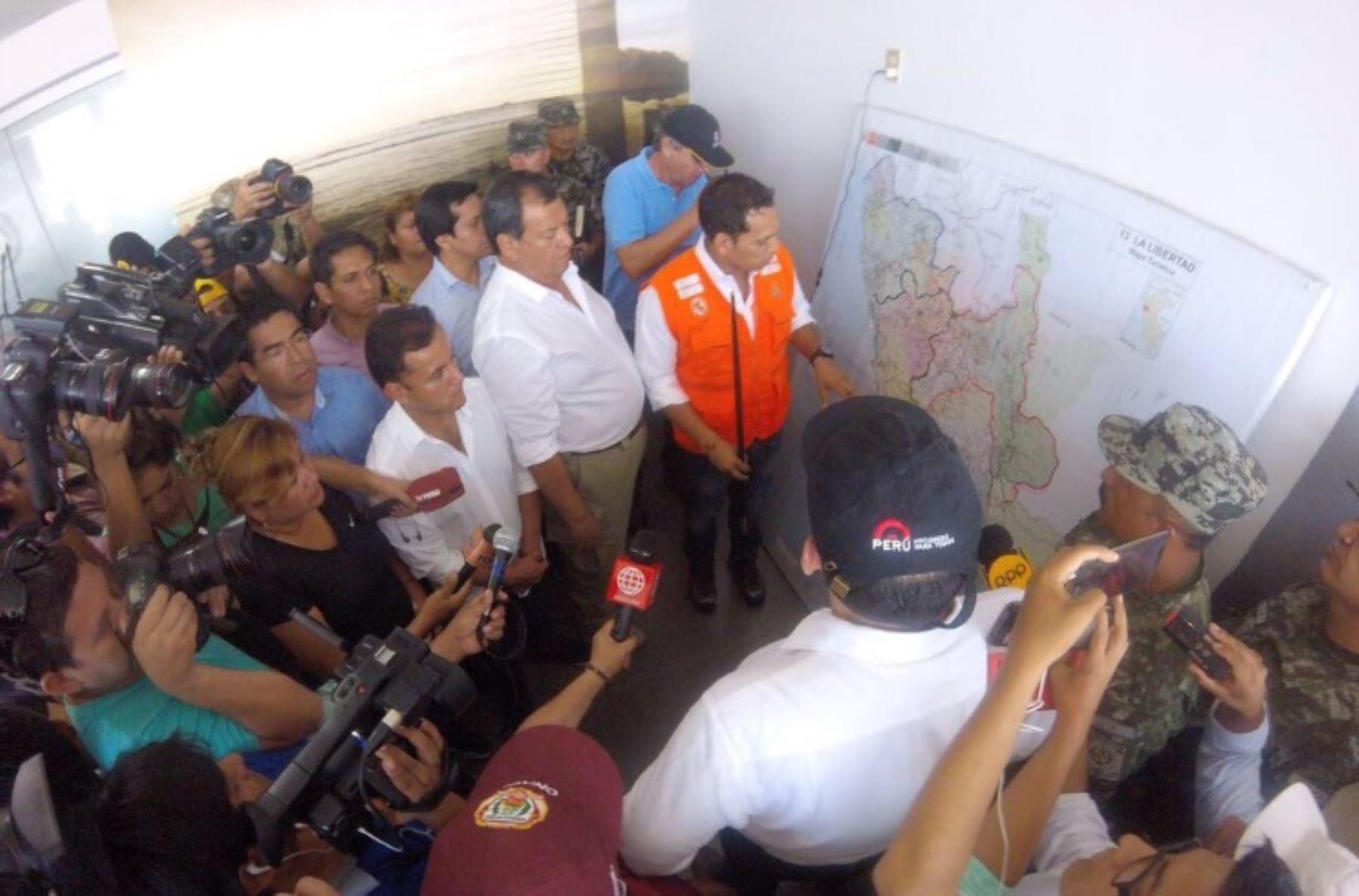 Presidente del Consejo de Ministros, Fernando Zavala, inspecciona labores de atención frente a las emergencias en Trujillo. Foto Twitter.