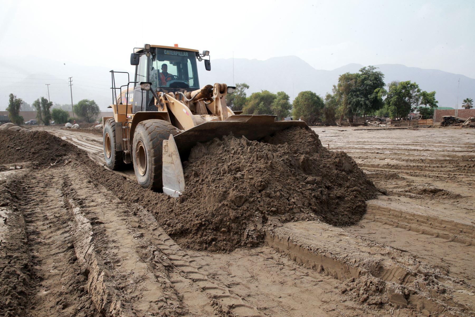 Los trabajos de reconstrucción en 32 calles de Huachipa culminarán este año. Foto: ANDINA/Norman Córdova