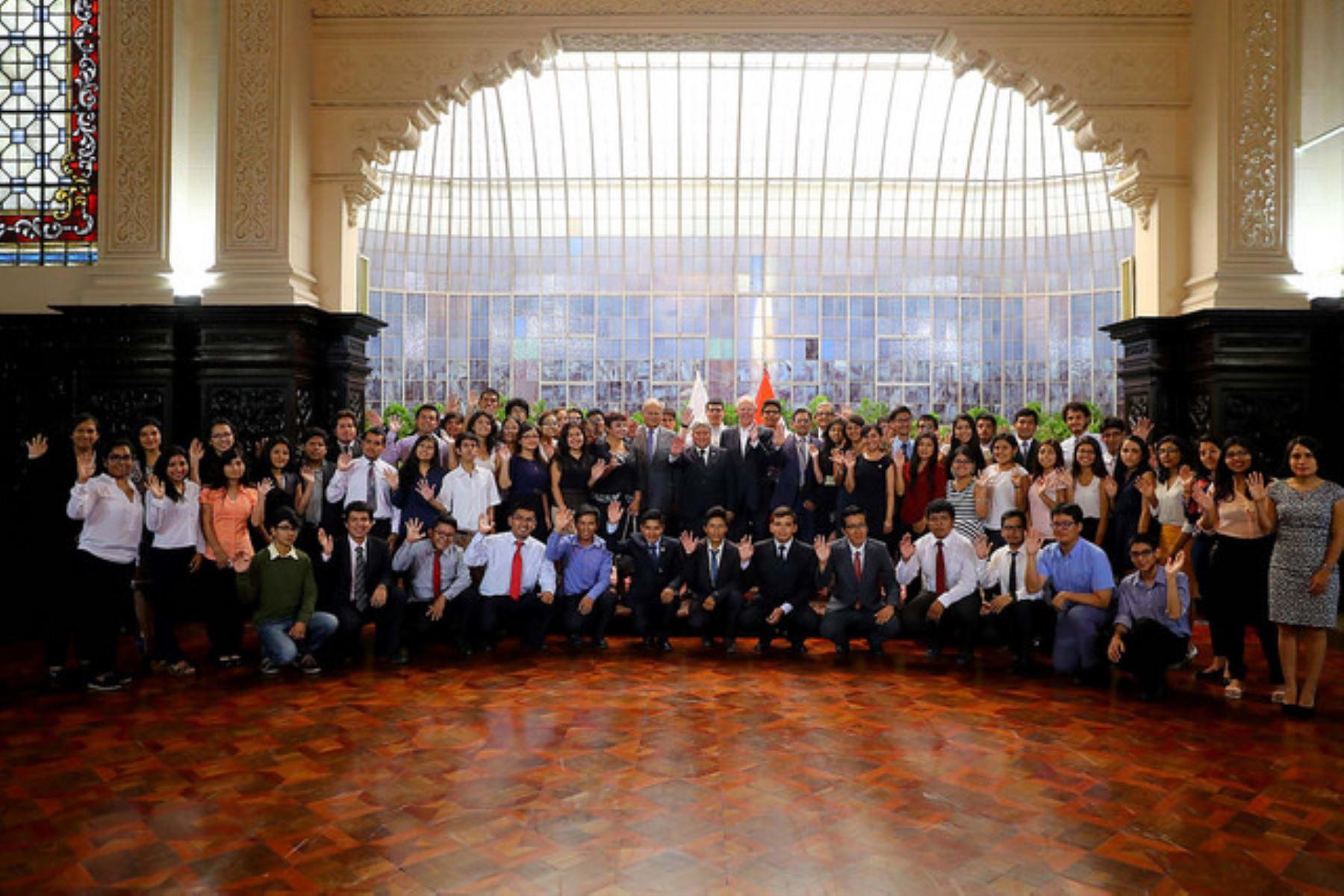 Sanmarquinos que irán a Universidad de Harvard reciben el saludo del presidente de la República. Foto: ANDINA