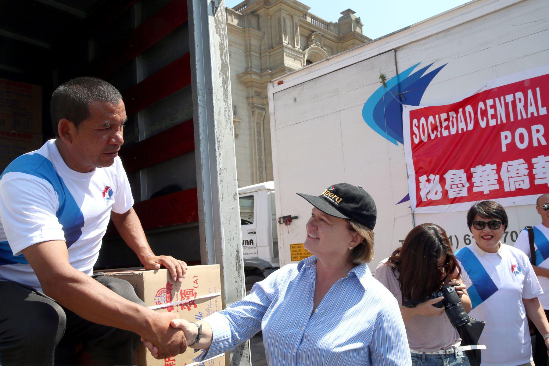 LIMA,PERÚ-MARZO 23. La Sra. Nancy Lang esposa del Presidente Kuczynk,i agradece a los trabajadores que apoyan la entrega de donaciones Foto: ANDINA/Dante Zegarra