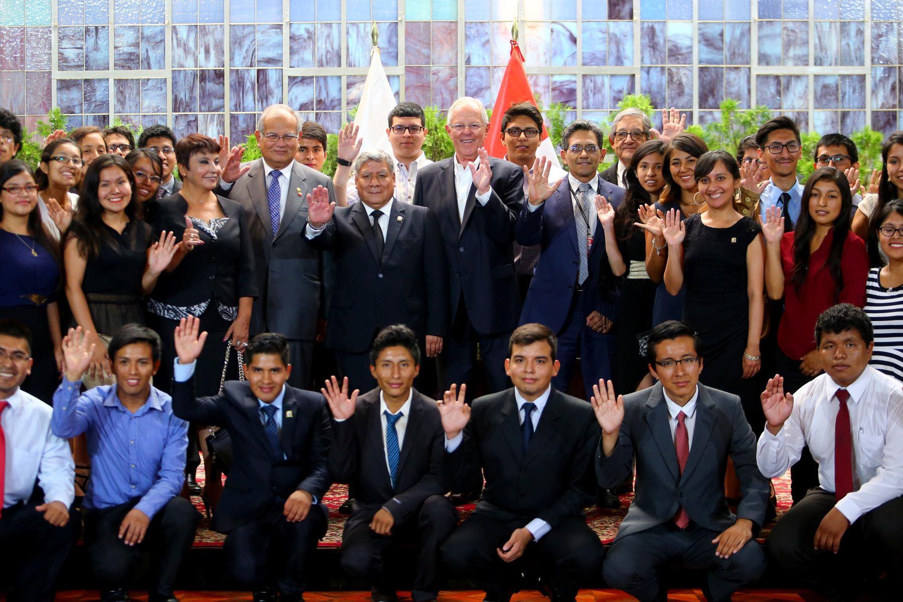 Jóvenes participaron en ceremonia en Palacio de Gobierno. Foto: Presidencia