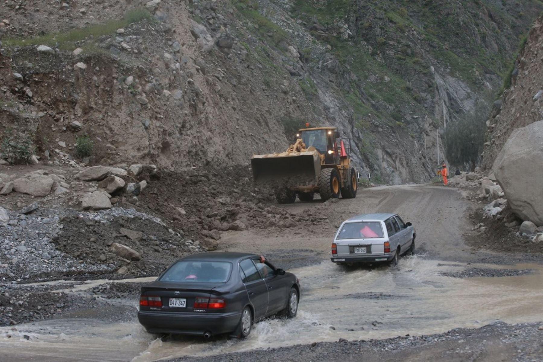 Personal de Provías Nacional trabaja en la zona para eliminar el derrumbe. ANDINA/Difusión