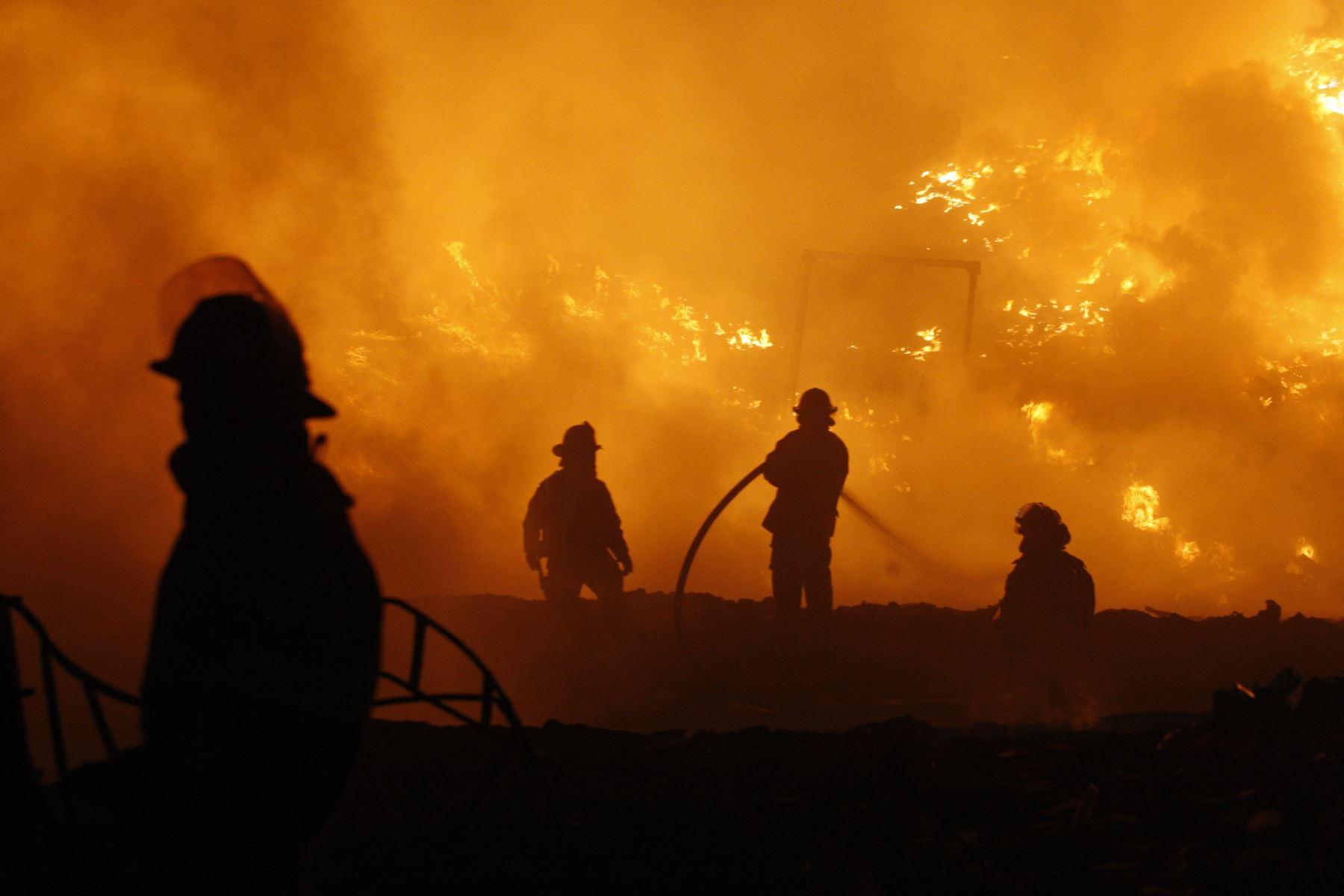 LIMA-PERÚ-ABRIL 05. Incendio en Av. Nestor Gambeta - Ventanilla- Callao. Foto:ANDINA/ Eddy Ramos.