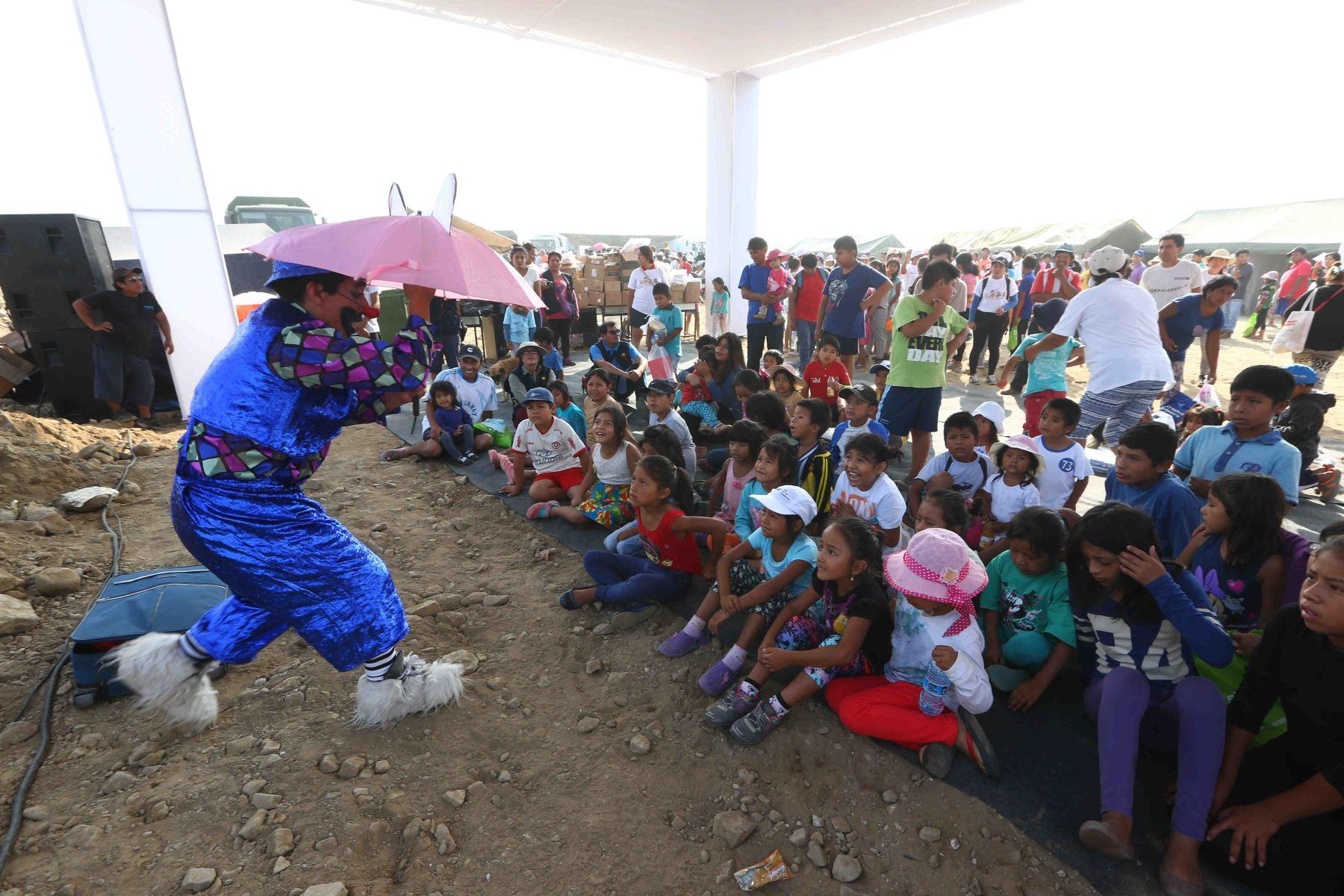 Ayuda, entretenimiento y apoyo emocional recibieron los niños damnificados de Cajamarquilla. Foto: Andina/Difusión