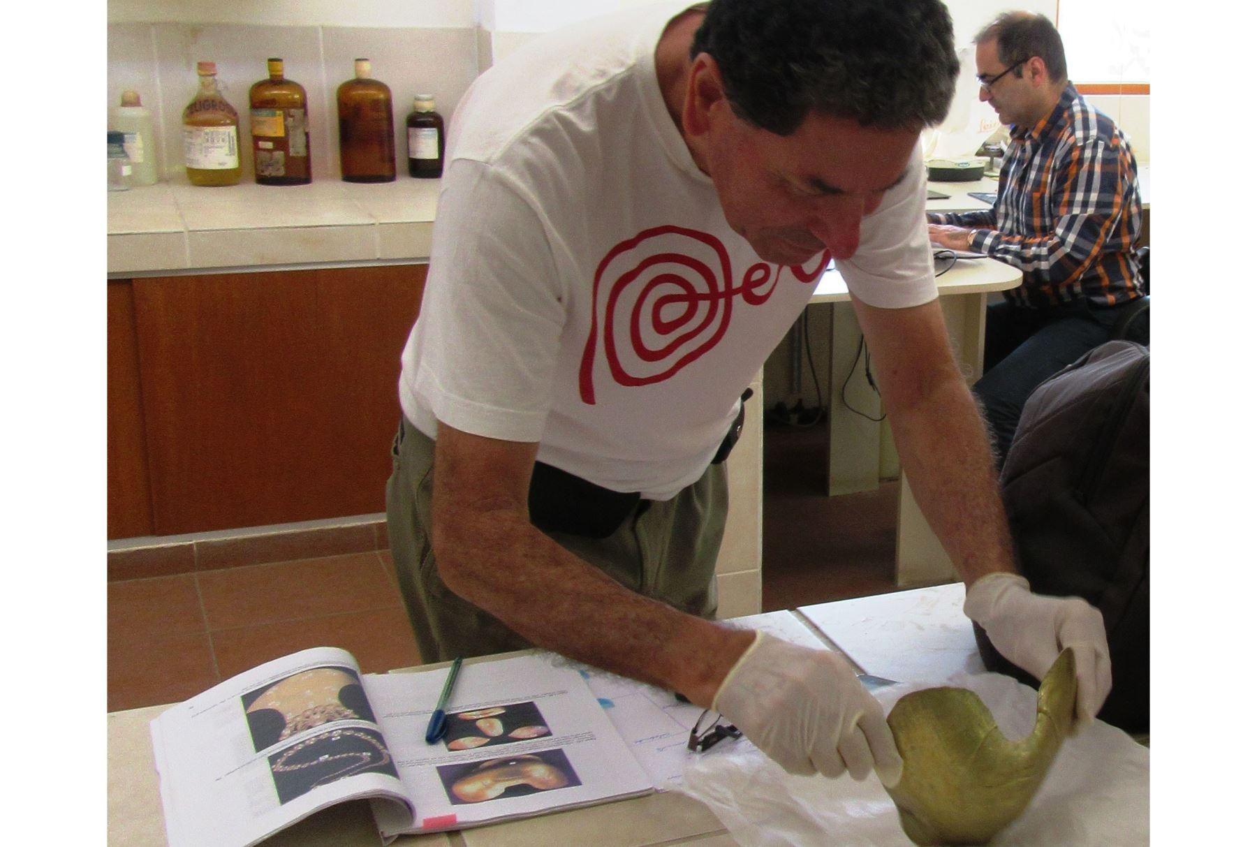 Especialistas de universidades de Italia y Perú analizan ajuar funerario del Señor de Sipán. ANDINA
