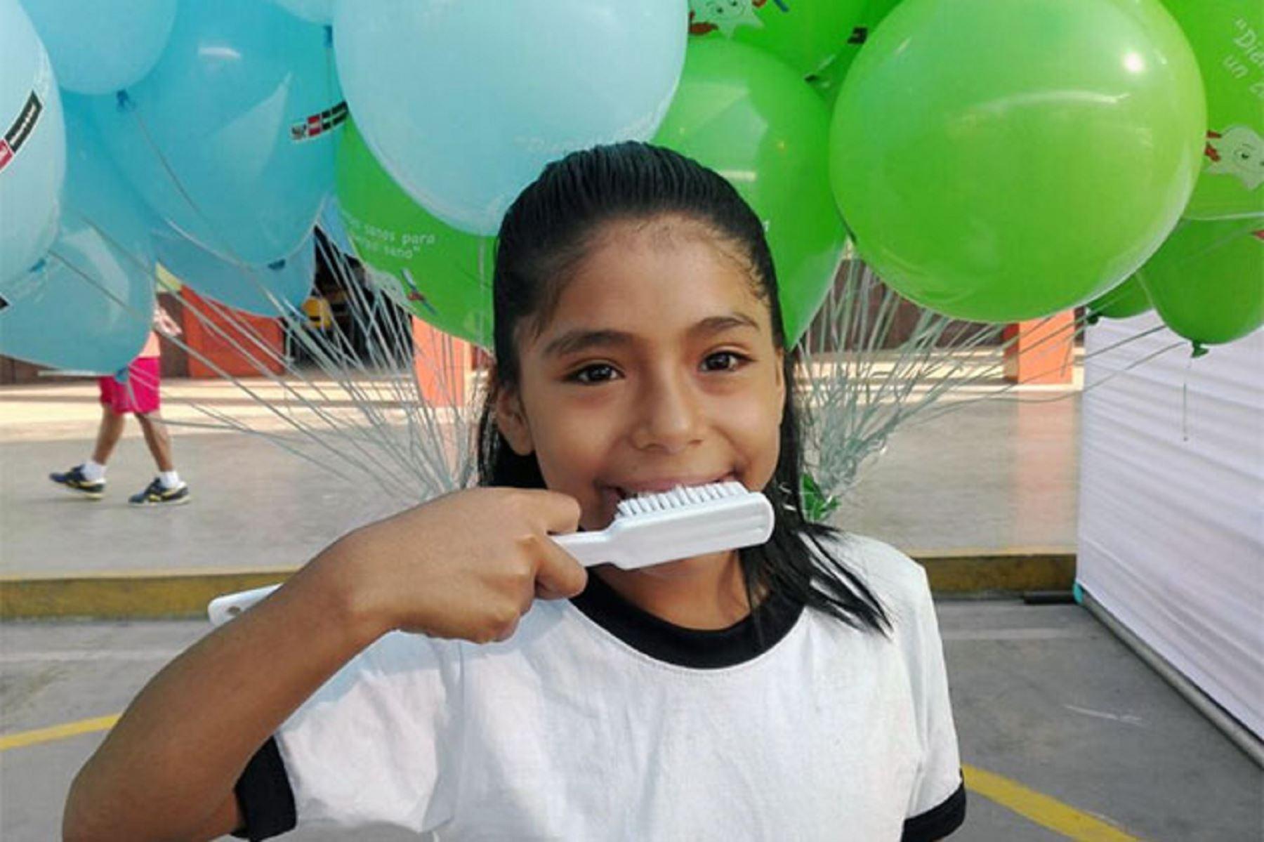 Higiene bucal debe comenzar con la salida del primer diente de leche.