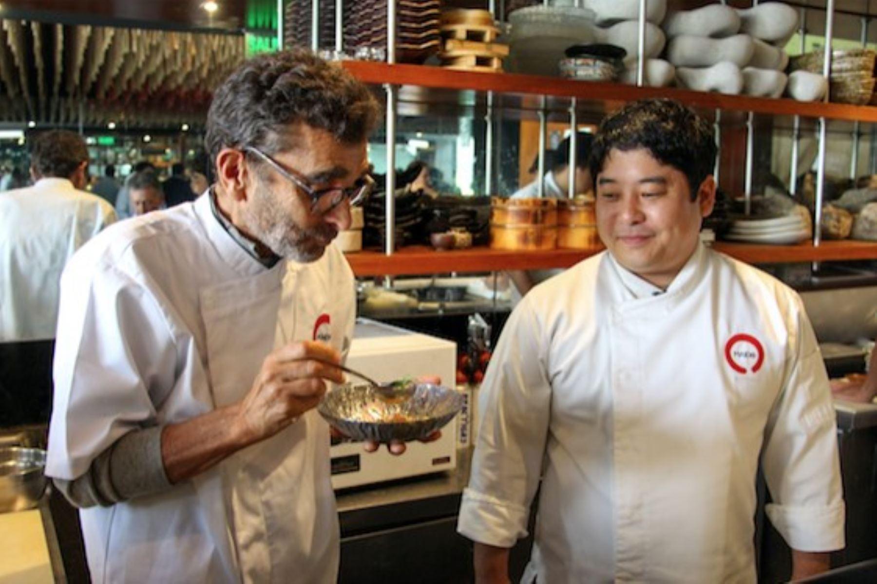 Misha enseña a preparar cebiche a Adolfo Domínguez, famoso diseñador de modas español.