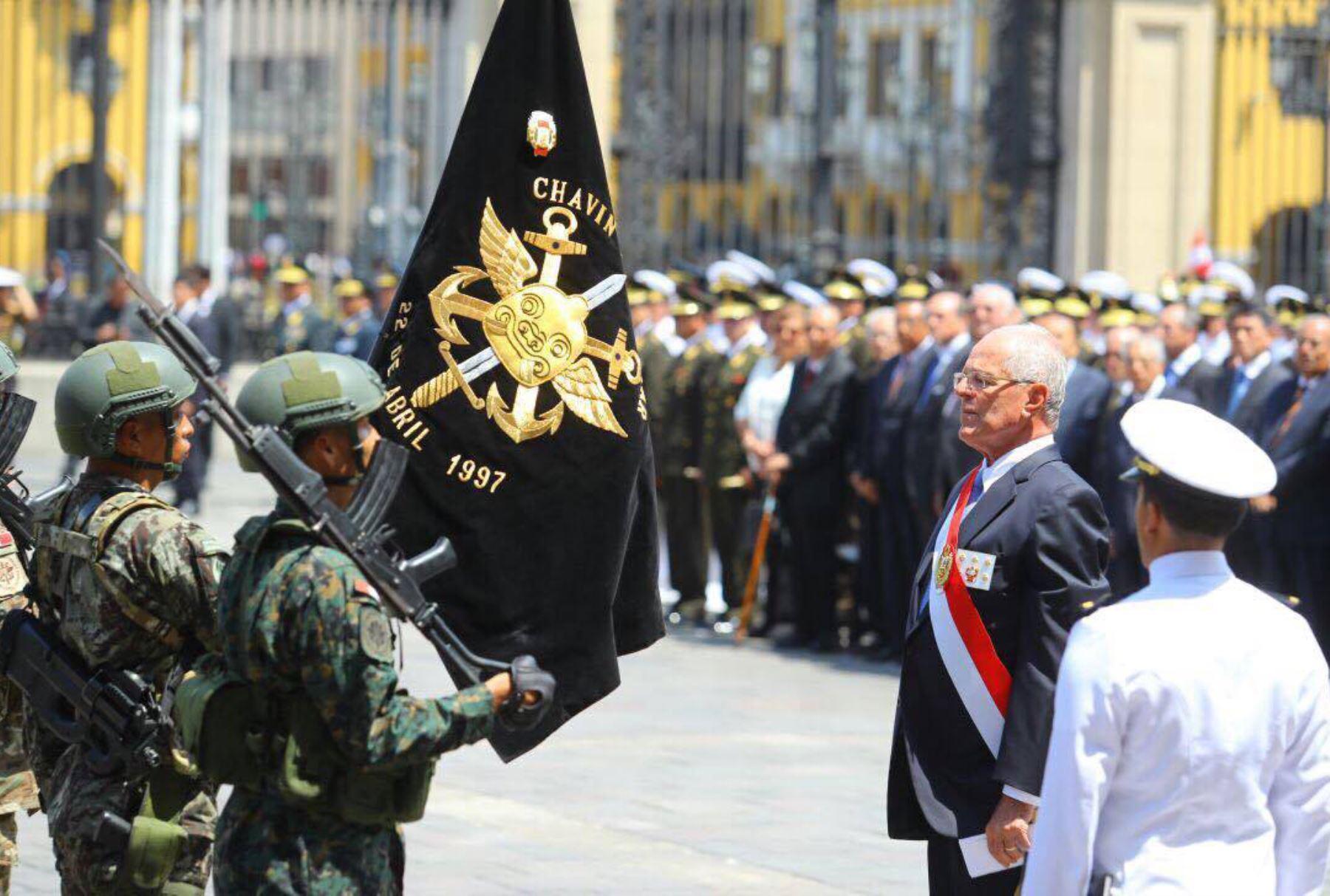 El Jefe del Estado, Pedro Pablo Kuczynski, impone la condecoración Orden Militar de Ayacucho en el grado de Gran Cruz al estandarte de la operación militar Chavín de Huántar. Foto: ANDINA/ Prensa Presidencia