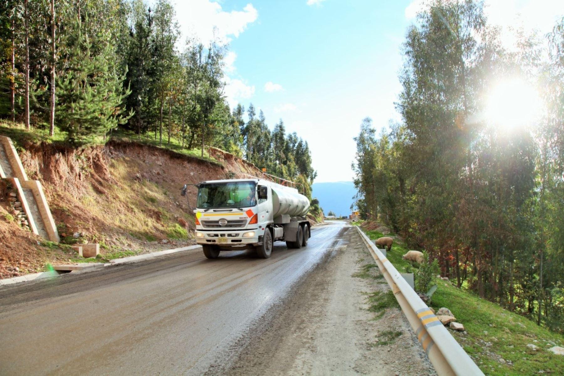 El bloqueo de carretera, que protagoniza un grupo de pobladores de Velille, afecta a los camiones que se dirigen a la mina Las Bambas. ANDINA/Difusión