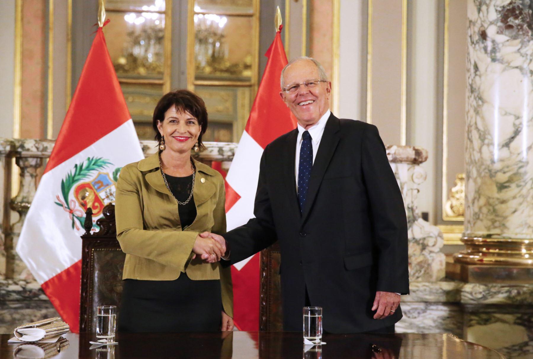 Presidenta de la Confederación Suiza, Doris Leuthard y el mandatario Pedro Pablo Kuczynski, tras conferencia de prensa conjunta realizada en Palacio de Gobierno. Foto: Presidencia.
