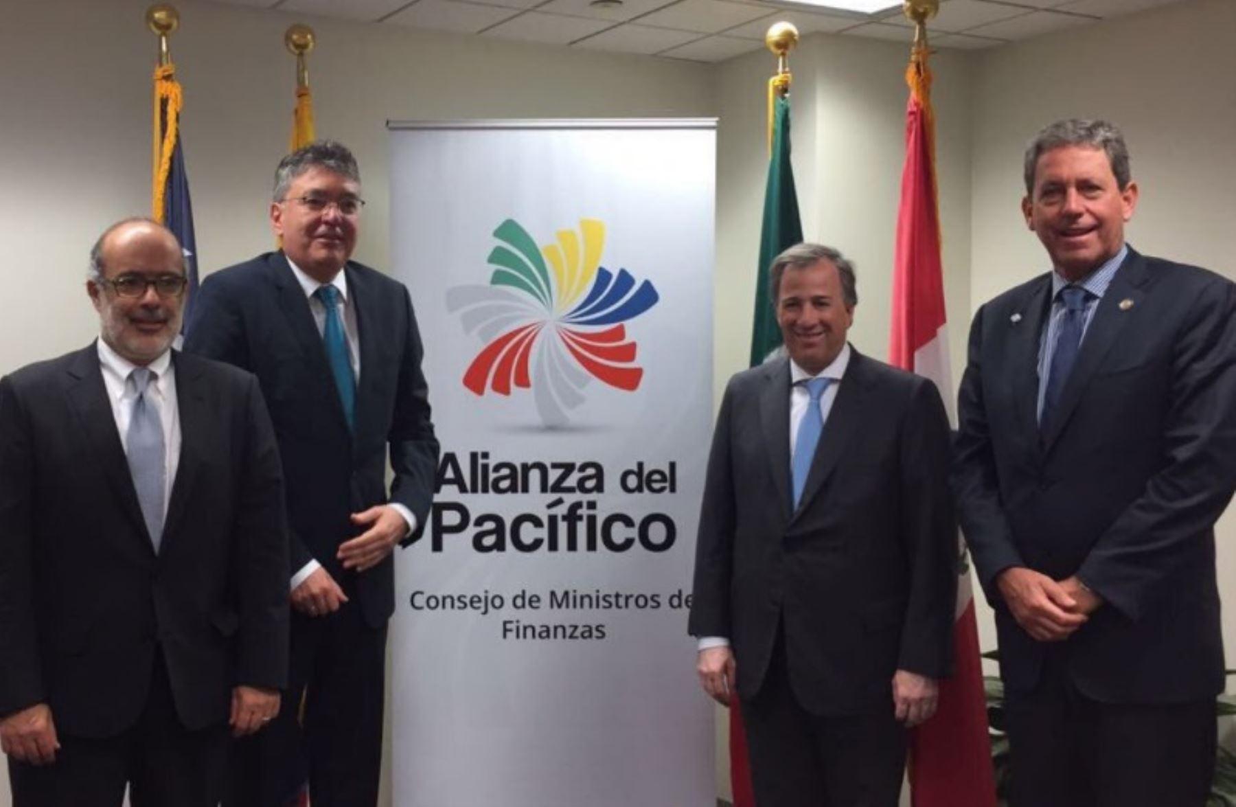Ministros de Economía de la Alianza del Pacífico, de izquierda a derecha: Rodrigo Valdés (Chile),  Mauricio Cárdenas (Colombia), José Antonio Meade (México) y Alfredo Thorne (Perú). Foto Cortesía.