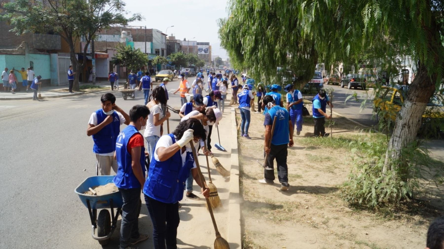 Una de las actividades que cumple el voluntariado es la limpieza de calles.