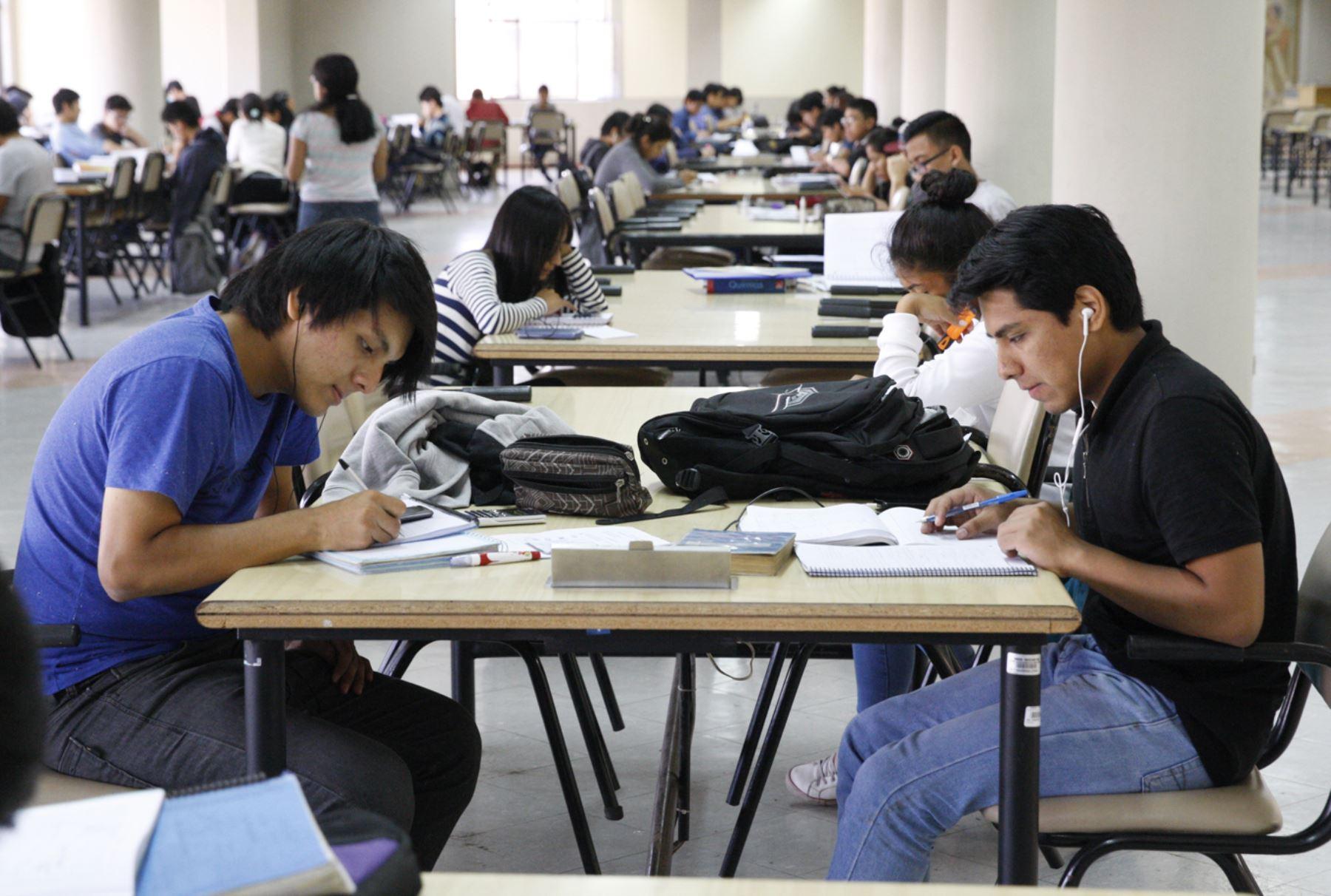 Normas publicadas ofrecen una serie de alternativas para que estudiantes no pierdan estudios. Foto: ANDINA/Eddy Ramos