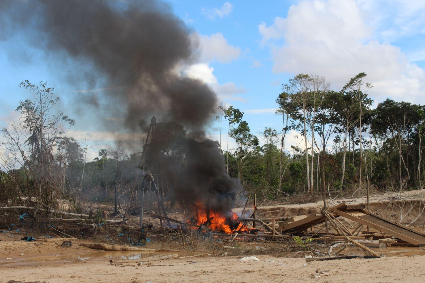 Policía realiza nuevo operativo contra la minería ilegal en Madre de Dios.