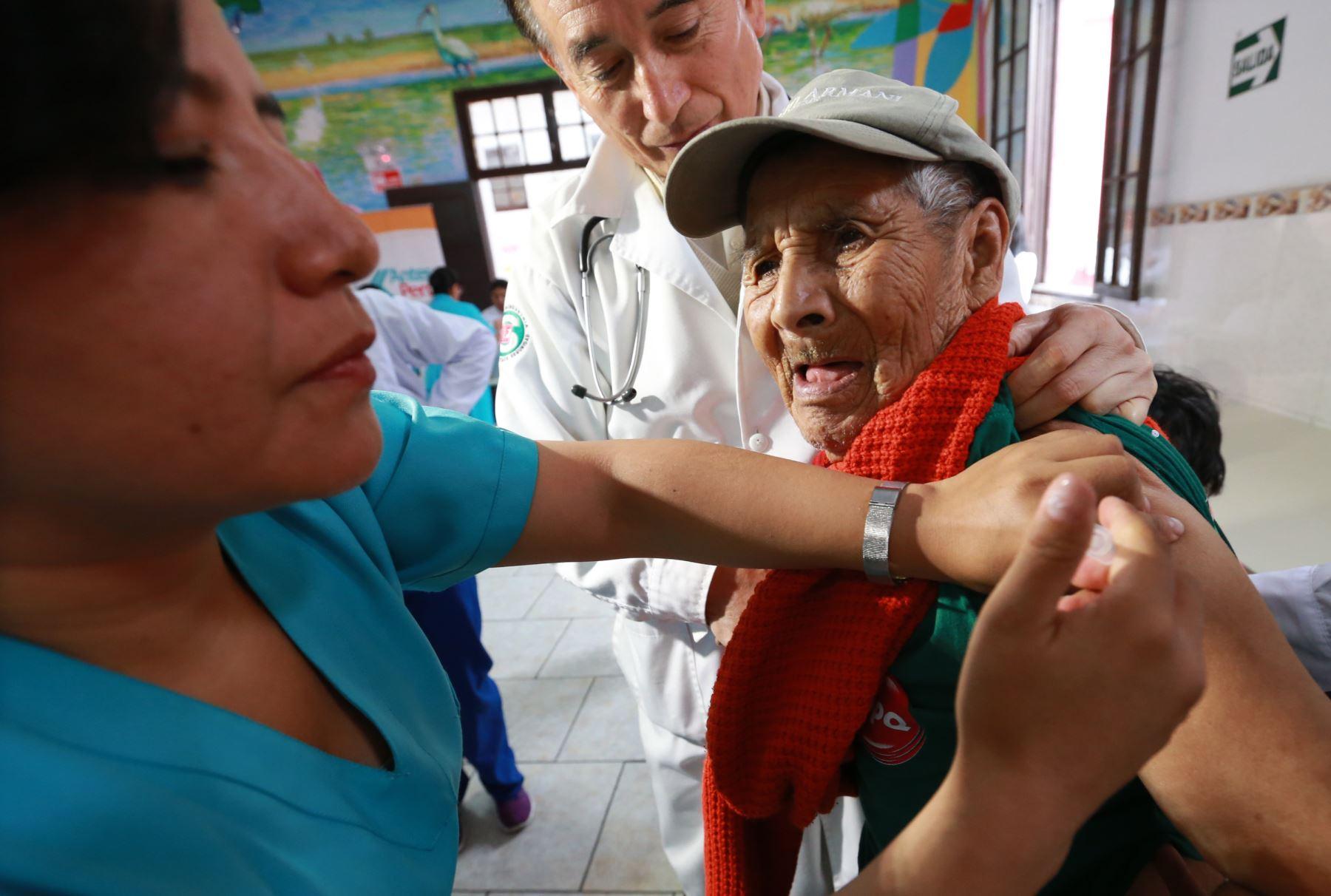 Frente al descenso de la temperatura que afecta a varias regiones del país, a la fecha se han aplicado más de un millón 850 mil vacunas contra la influenza y más de 430 mil dosis contra el neumococo, y se seguirá trabajando en esta acción, remarcó el presidente de la República, Martín Vizcarra.ANDINA/Norman Córdova
