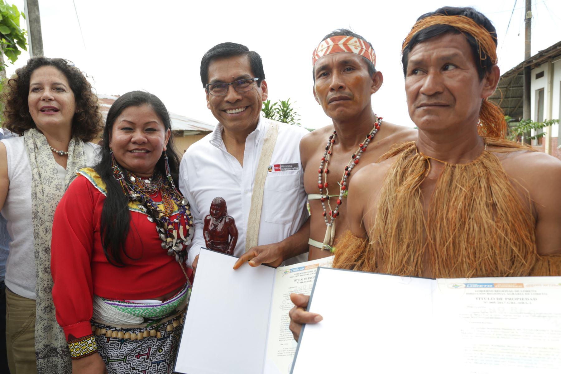 Ministro de Agricultura y Riego, José Hernández entrega títulos de propiedad en Yurimaguas. Foto: Cortesía.
