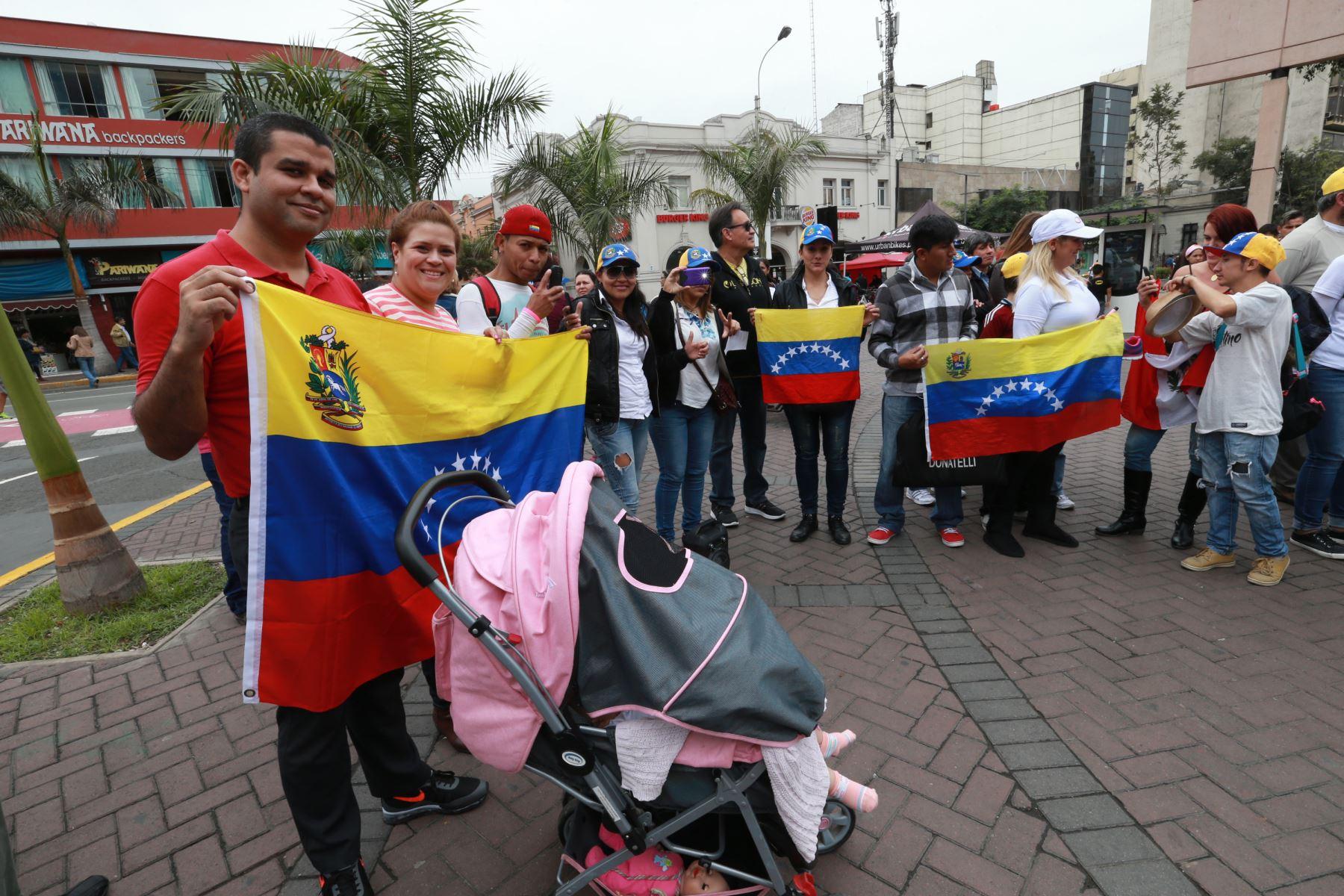 LIMA,PERÚ-JUNIO 11.- Venezolanos en Lima realizaron manifestación pacífica para solucionar crisis en su país. Foto: ANDINA/Norman Córdova