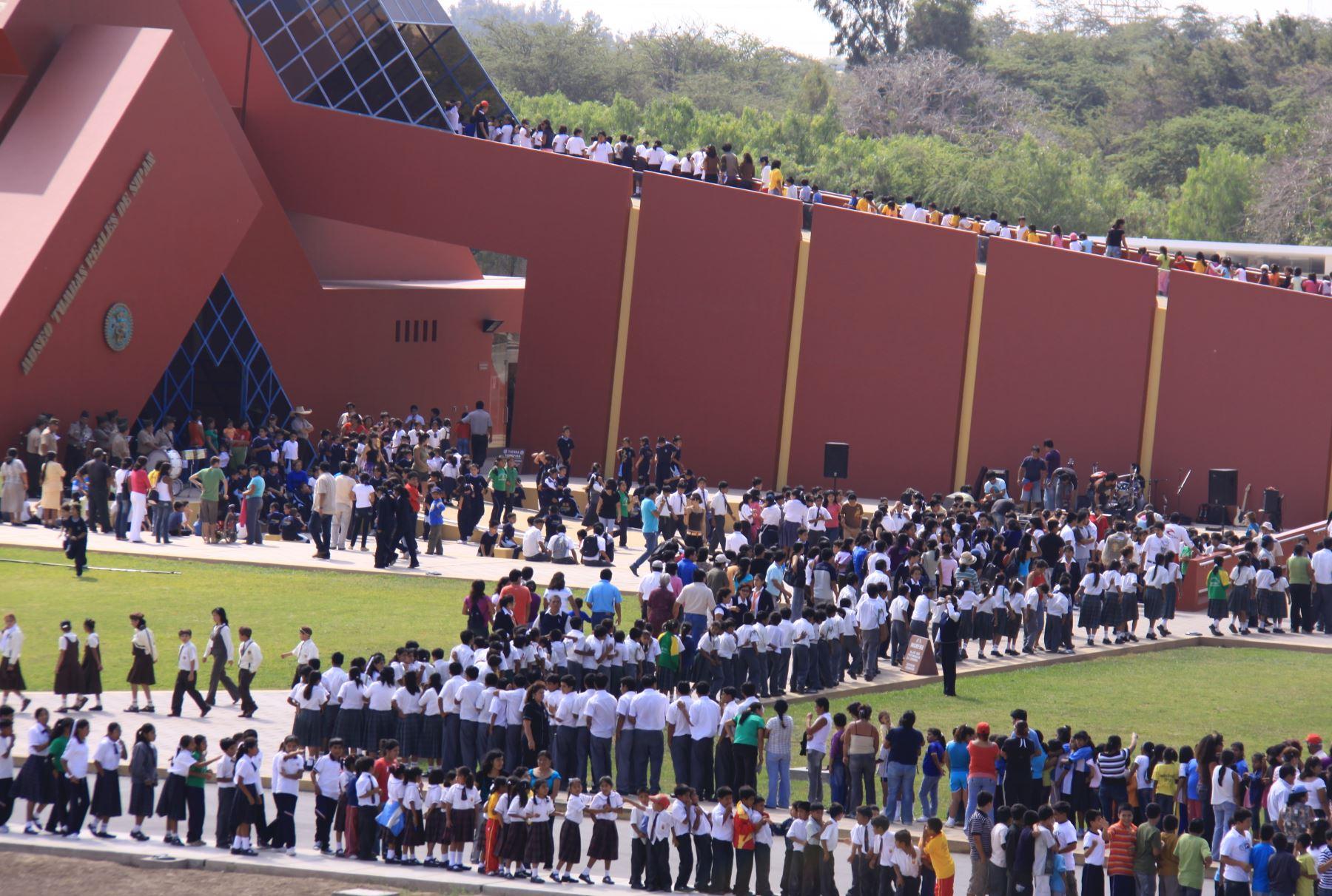 Cerca de 150,000 turistas, entre nacionales y extranjeros, visitaron durante el año pasado el museo Tumbas Reales de Sipán, en la región Lambayeque, cifra que lo ubica como uno de los recintos culturales más concurridos del Perú. ANDINA/Difusión