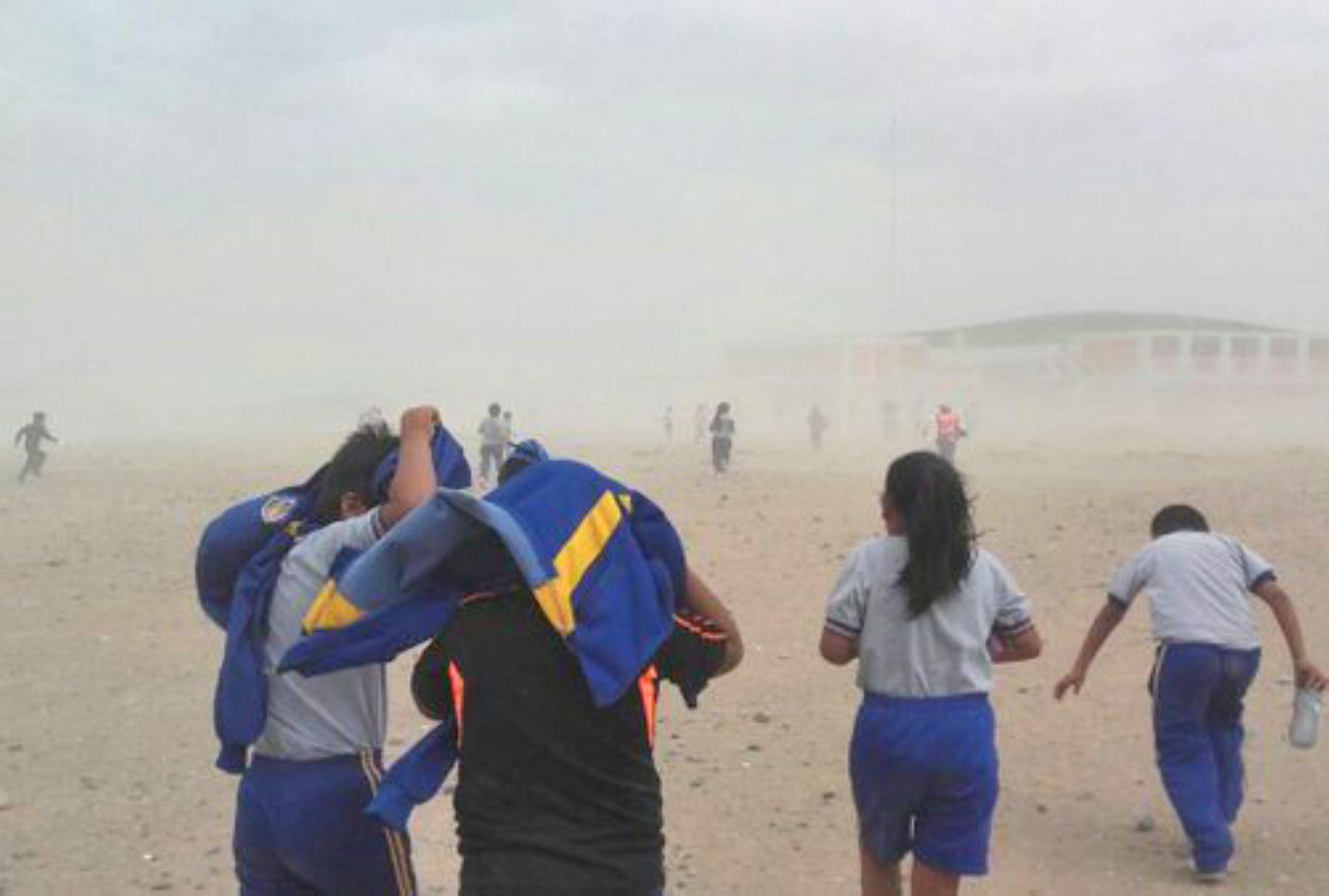 Desde mañana sábado 12 hasta el martes 15 de enero se prevé el incremento del viento en la costa, desde Piura hasta Tacna. El viento más intenso se registrará los días 13 y 14 de enero en la costa central y norte, con velocidades por encima de los 30 kilómetros por hora y ráfagas superiores a los 50 kilómetros por hora en Ica. ANDINA/Difusión