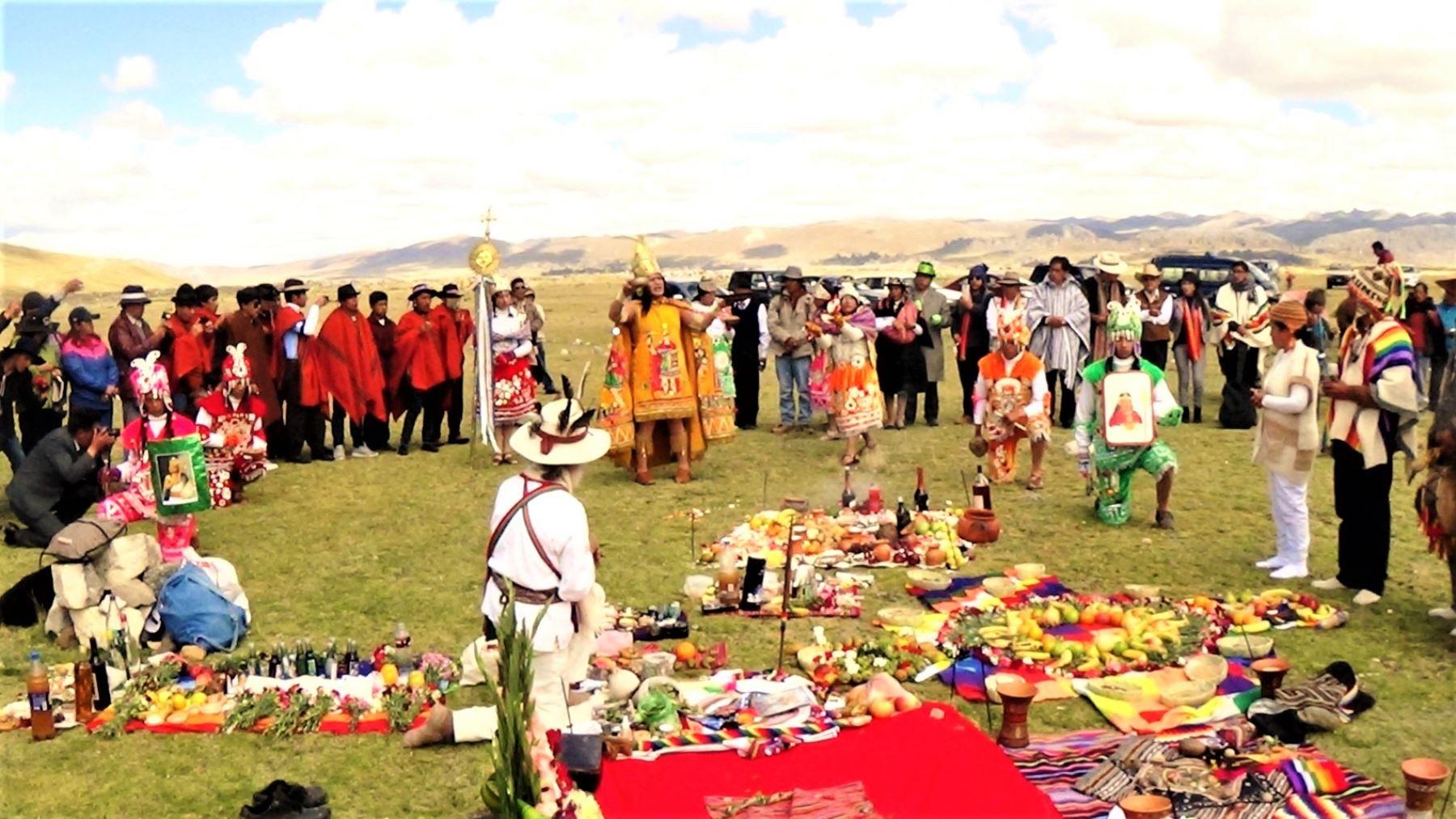 El Inca acompañado de su colla y sus seguidores subieron al Llaqta Pumpu para la rendir tributo al Sol en voces quechuas, ofreciendo en ofrenda el corazón de una llama que fue sacrificada.
