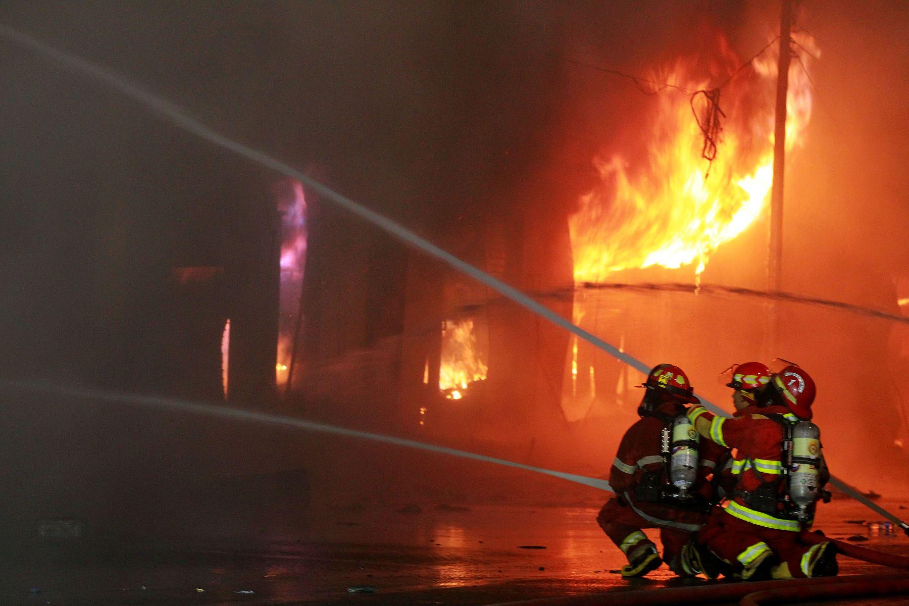 LIMA-PERÚ, JUNIO 22. Un incendio se registra en un edificio ubicado cerca a la zona comercial Las Malvinas, en el Cercado de Lima.   Foto: ANDINA/Luis Iparraguirre