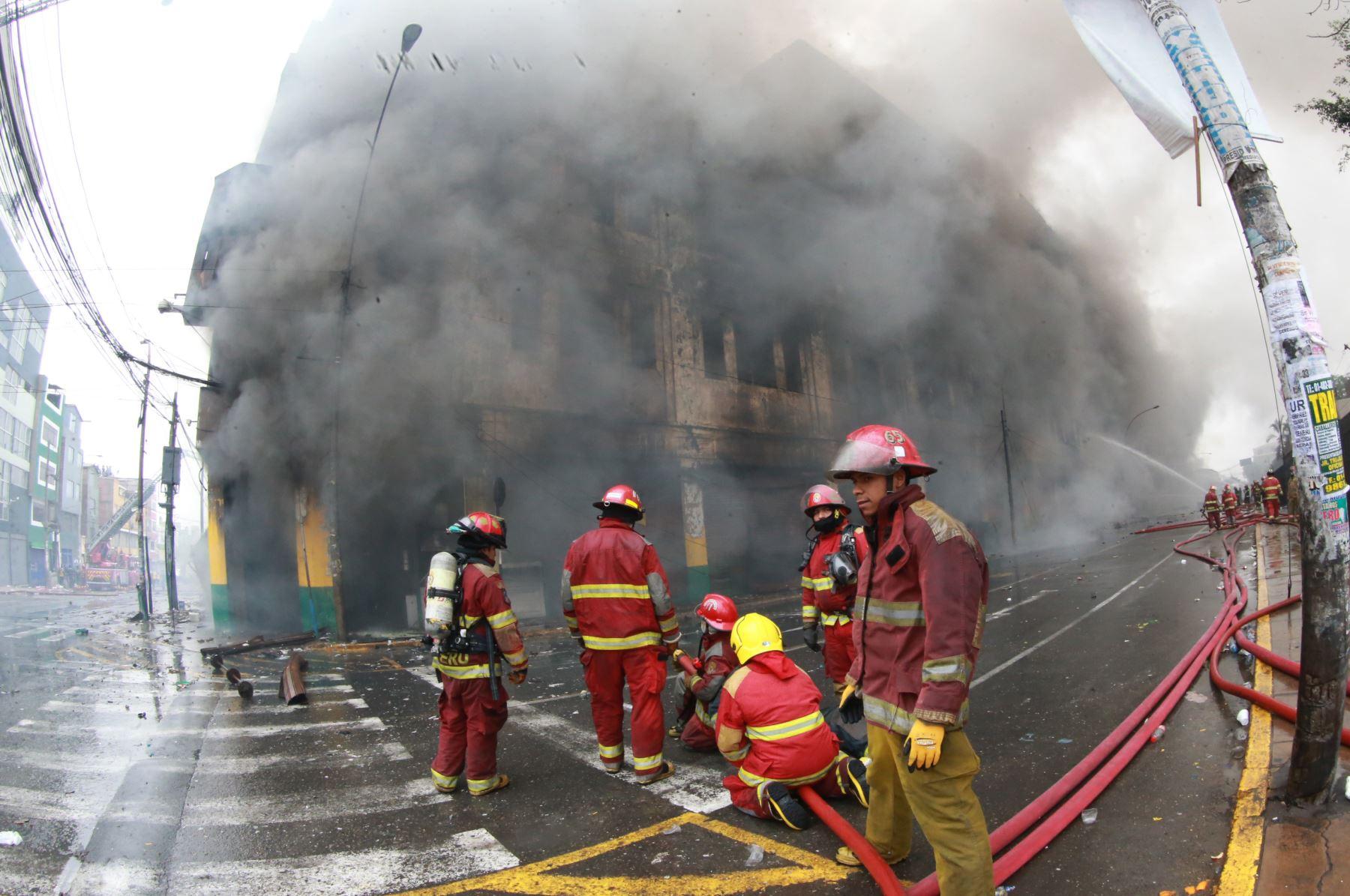 LIMA PERÚ, JUNIO 23.  Bomberos continúan con el intenso trabajo para controlar el fuego en el incendio de la galería Nicollini en las Malvinas.  Foto: ANDINA/ Jhony Laurente