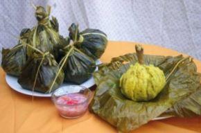 El juane, el plato de bandera amazónico y más consumido en la Fiesta de San Juan, es un sabroso potaje preparado con arroz, huevos cocidos, gallina y especias envueltas y cocidas en una hoja de bijao, la cual simboliza la cabeza de San Juan Bautista. ANDINA/Difusión