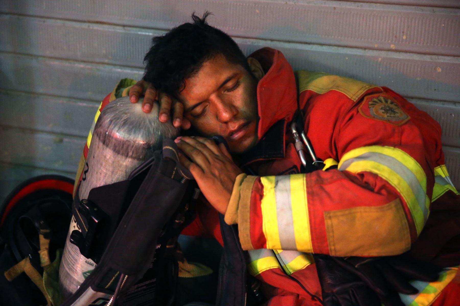 LIMA,PERÚ-JUNIO 25 .Bomberos siguen trabajando para apagar fuego y llegar a contenedores Foto: ANDINA/Vidal Tarqui