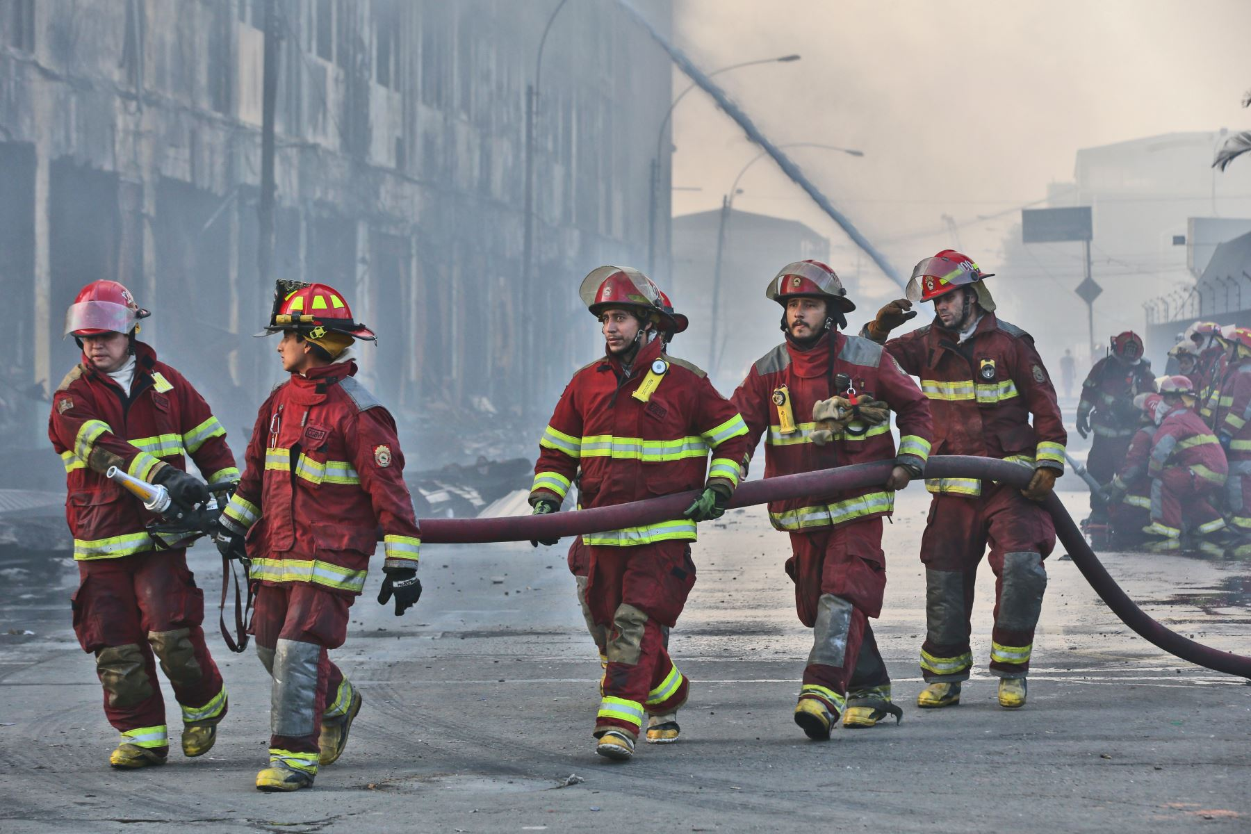 LIMA,PERÚ-JUNIO 25.Bomberos trabajan en apagar fuego que reavivó en el tercer piso de la galería Nicolini tras incendio que ocurrió desde el jueves pasado.Foto:ANDINA/archivo.